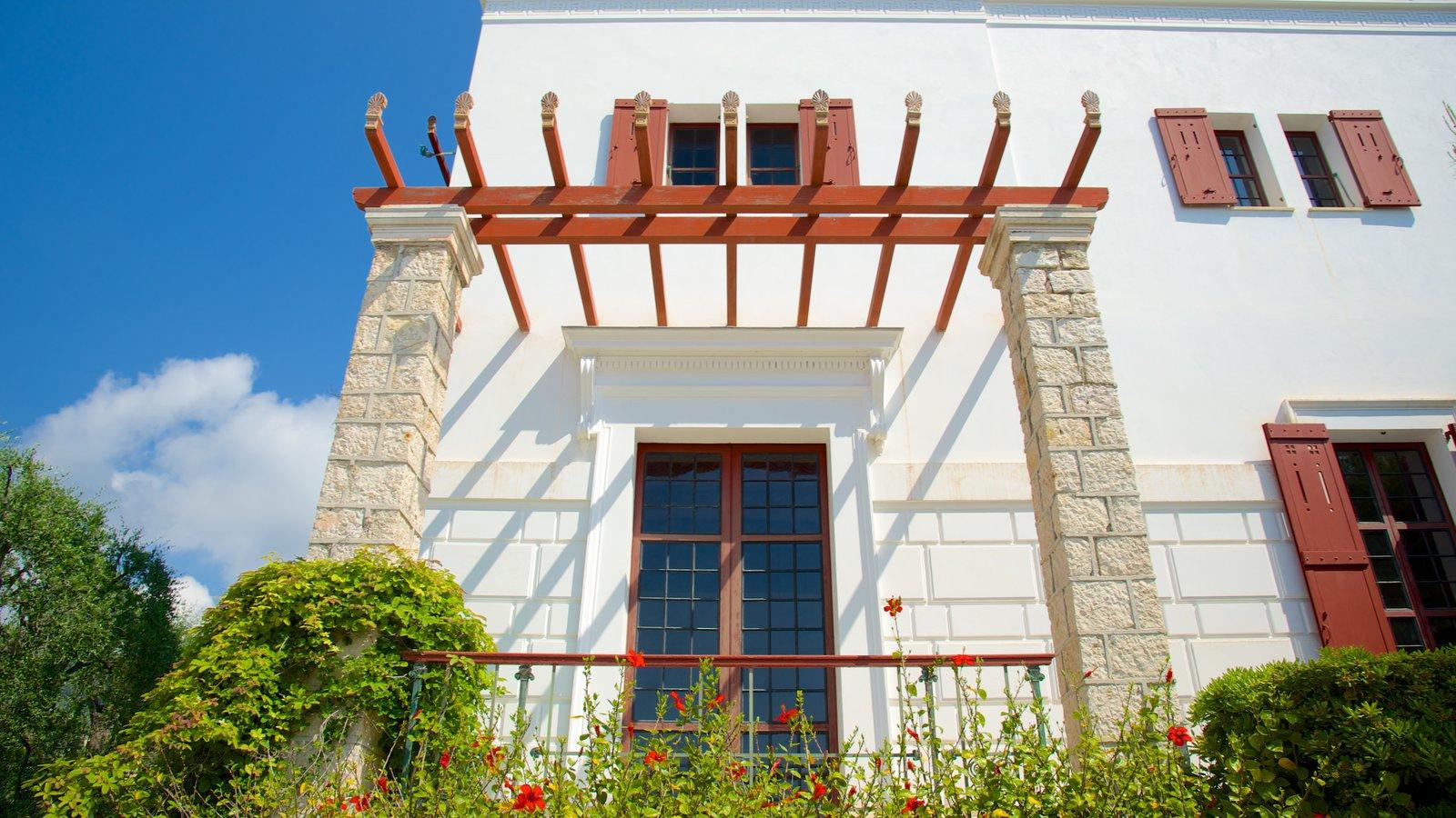 Villa Kerylos caracterizando elementos de patrimônio e um jardim