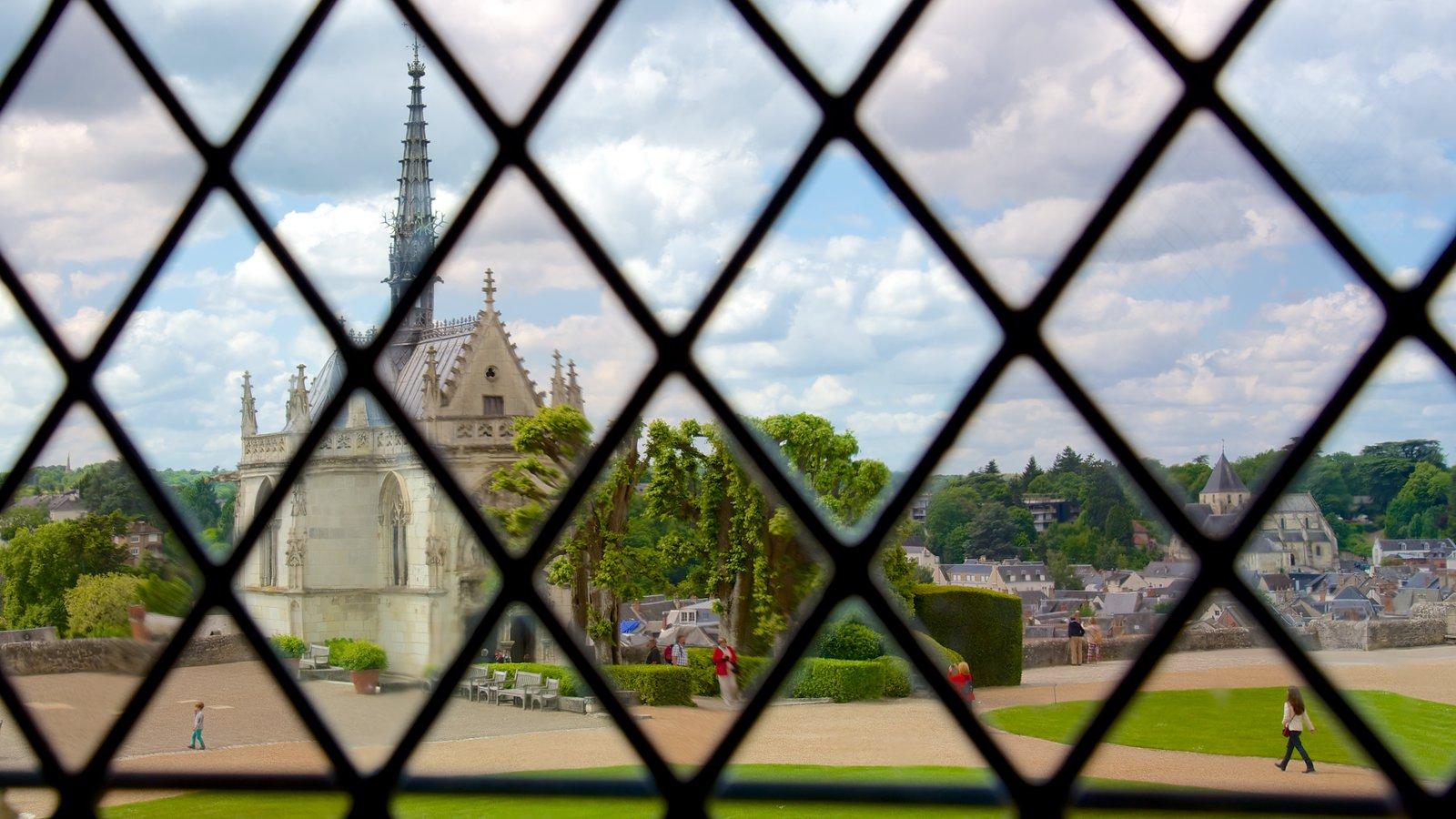 Chateau d\'Amboise que inclui uma igreja ou catedral e um parque