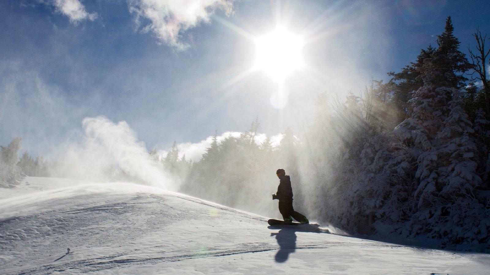 Whiteface Mountain caracterizando neve e snowboard assim como um homem sozinho