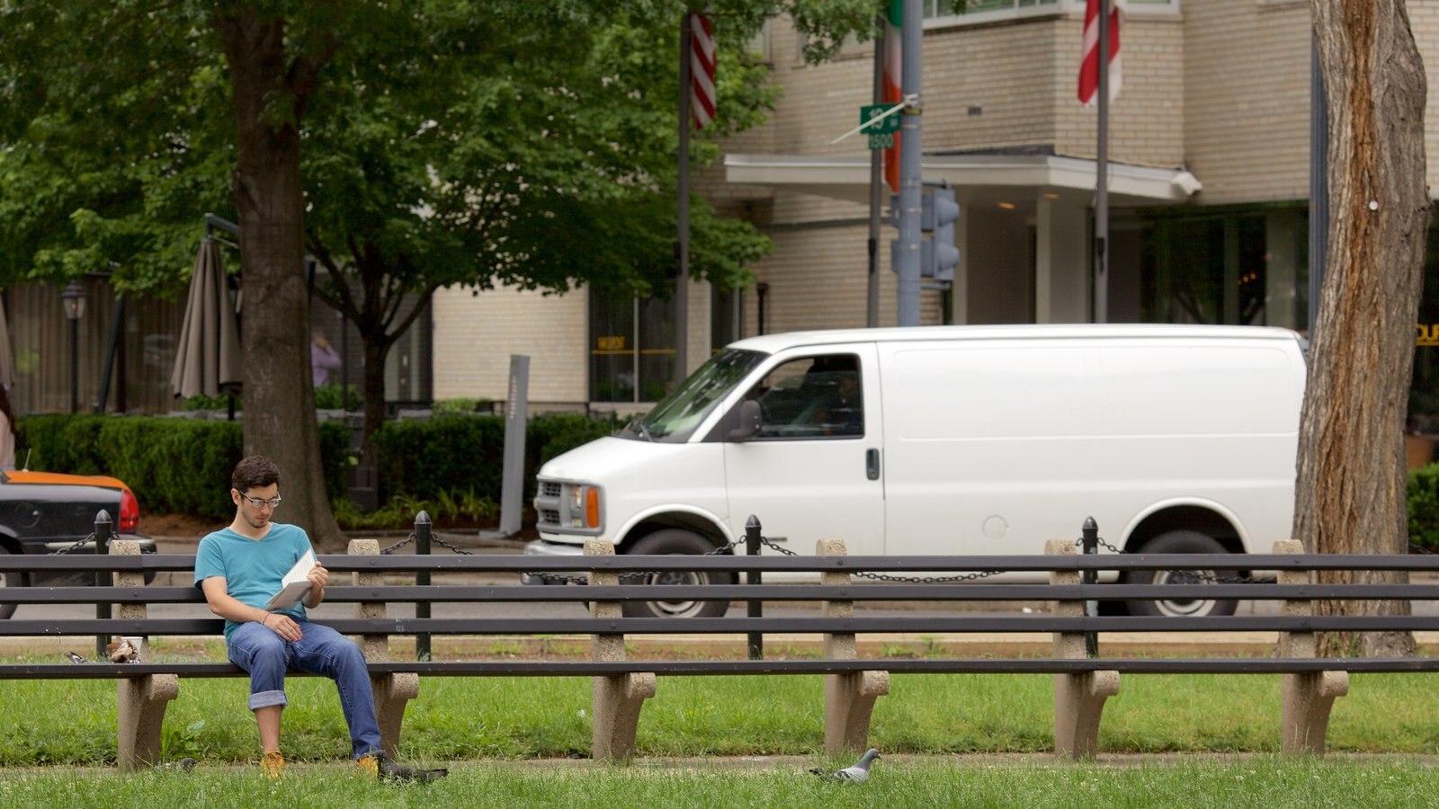 Washington D.C. que inclui um parque assim como um homem sozinho