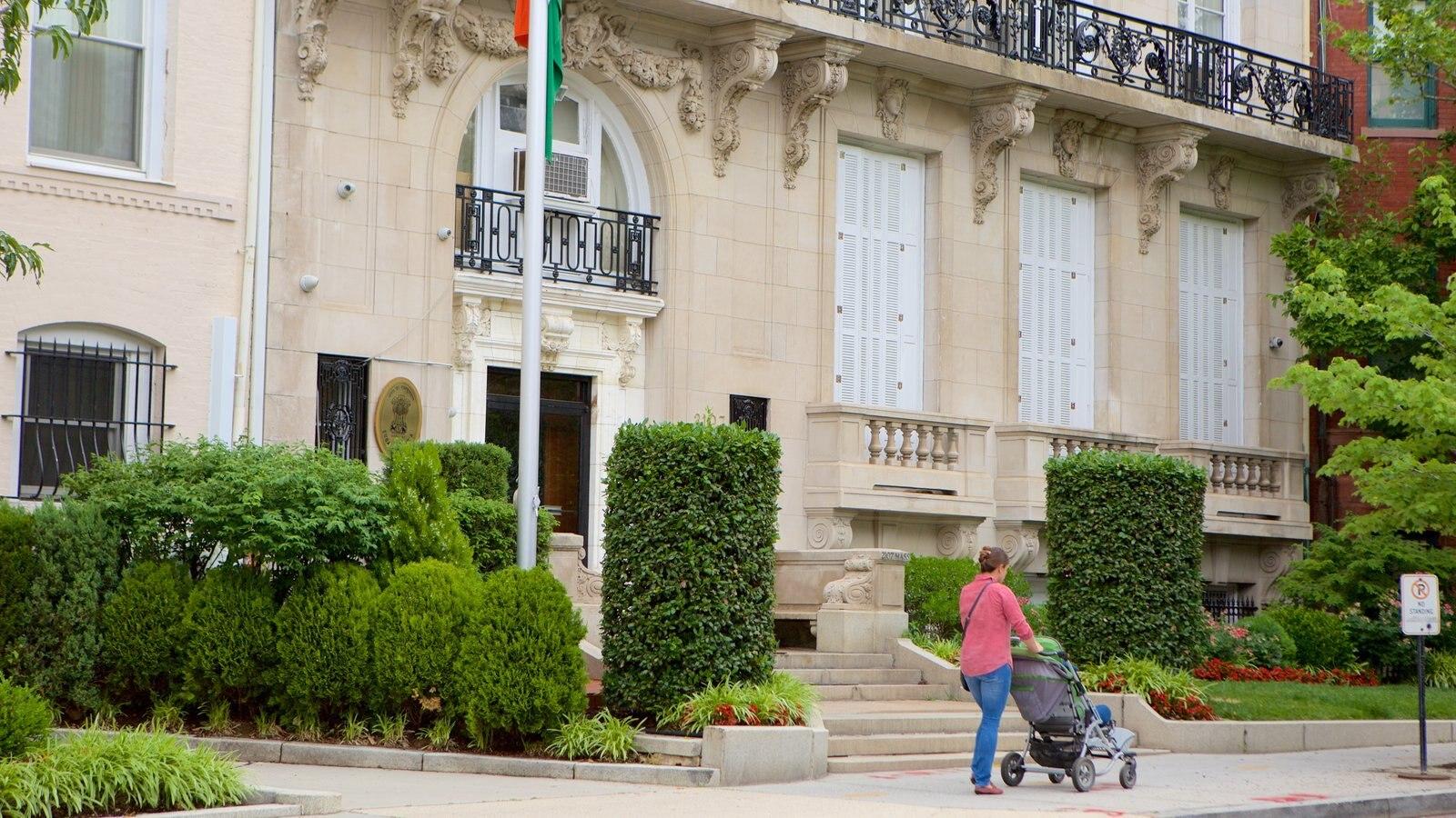 Embassy Row mostrando um edifício administrativo, um jardim e elementos de patrimônio