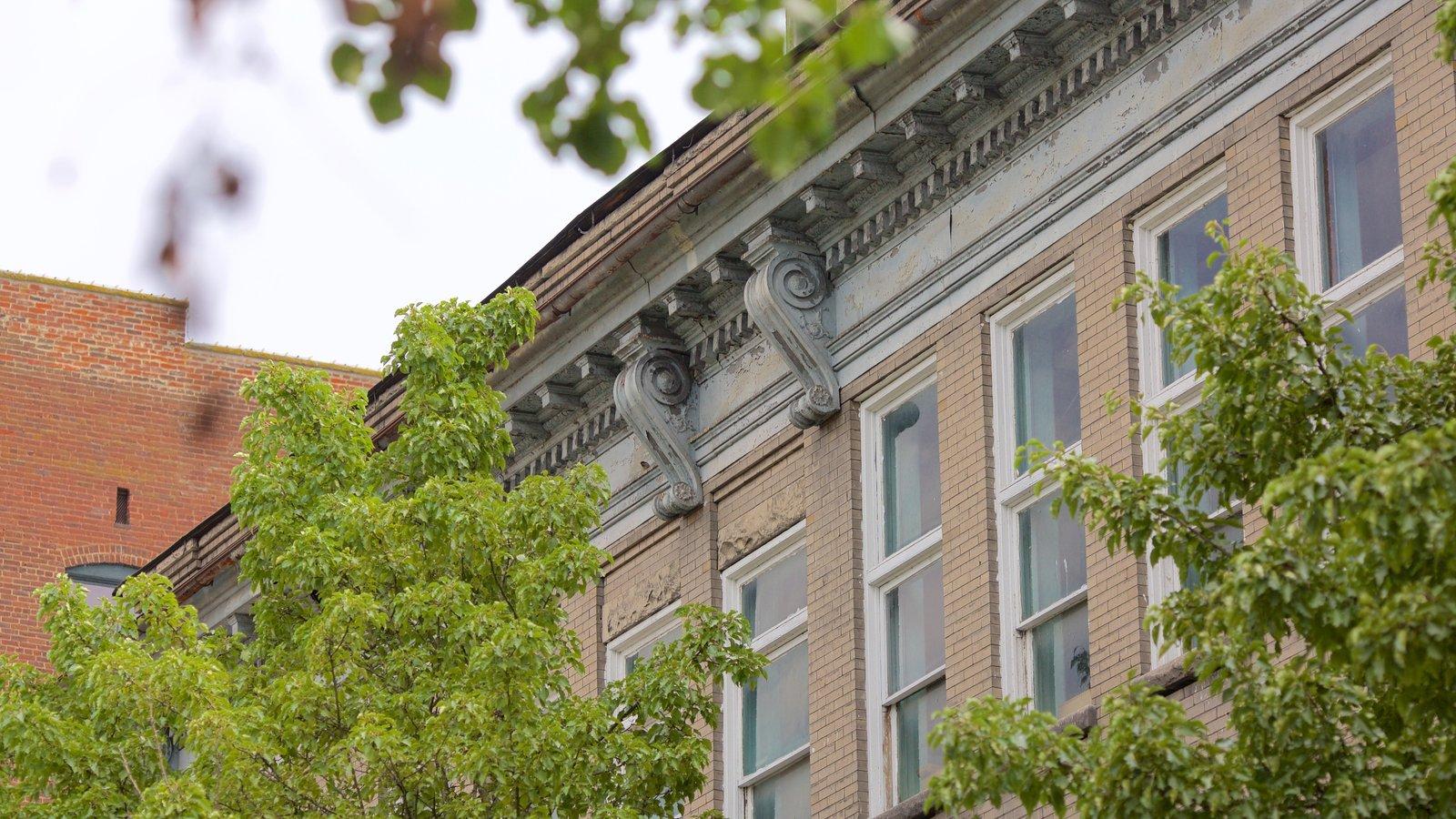 Hinton ofreciendo una ciudad y elementos del patrimonio