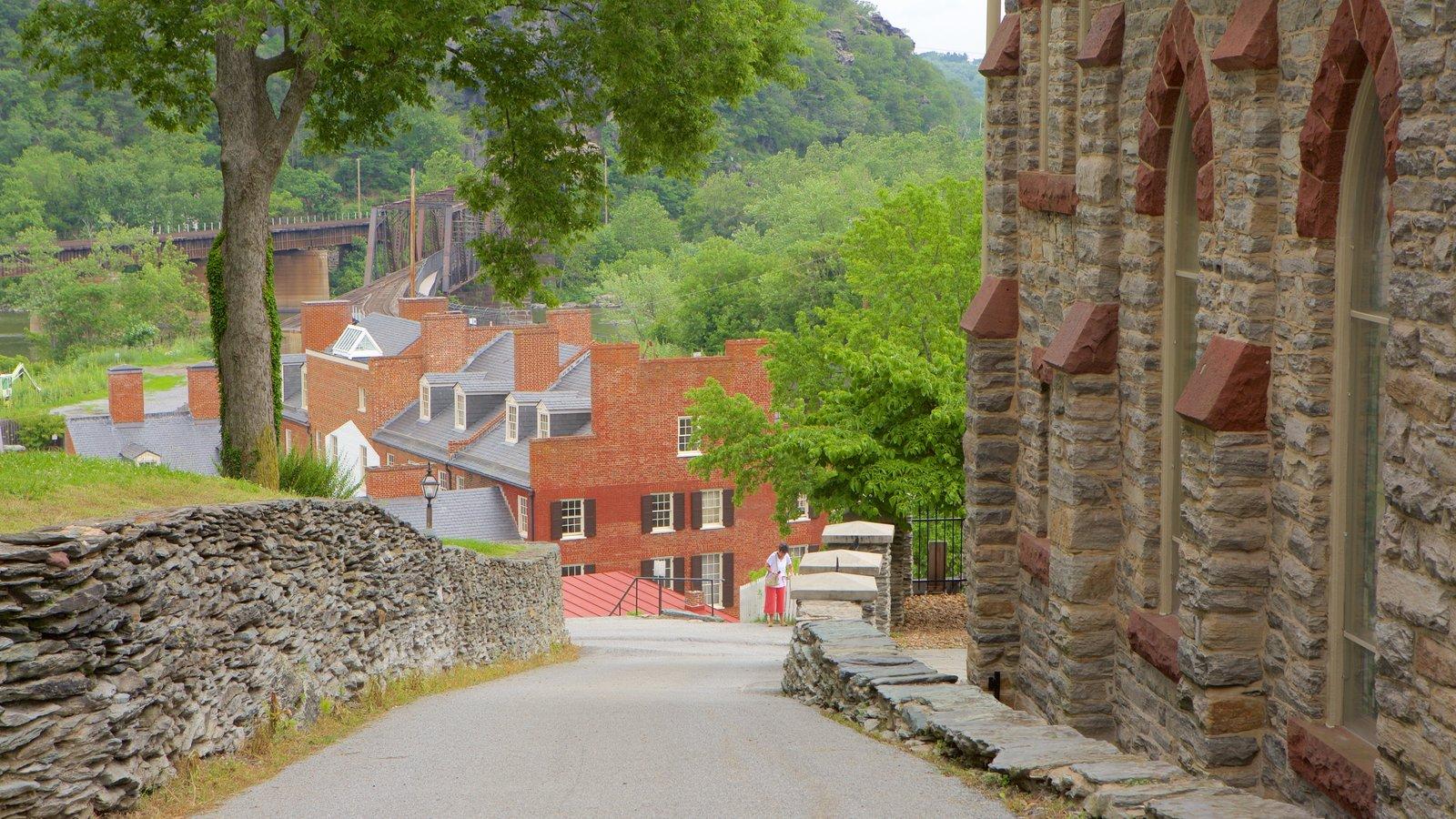 Parque Histórico Nacional de Harpers Ferry ofreciendo una pequeña ciudad o pueblo, escenas urbanas y elementos del patrimonio
