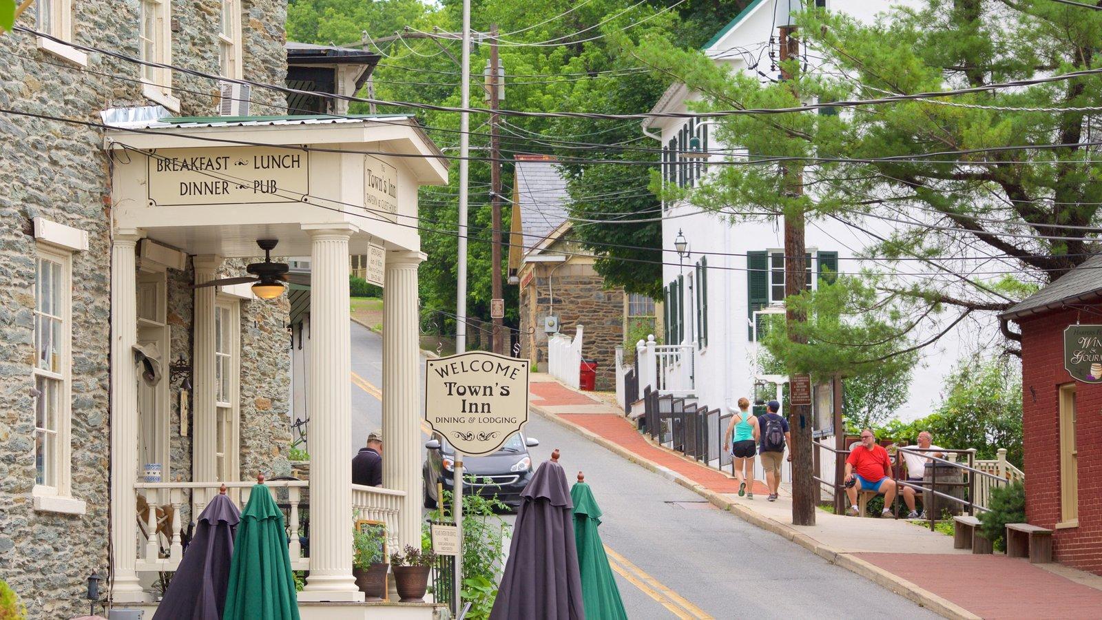 Parque Histórico Nacional de Harpers Ferry que incluye elementos del patrimonio, un bar y escenas urbanas