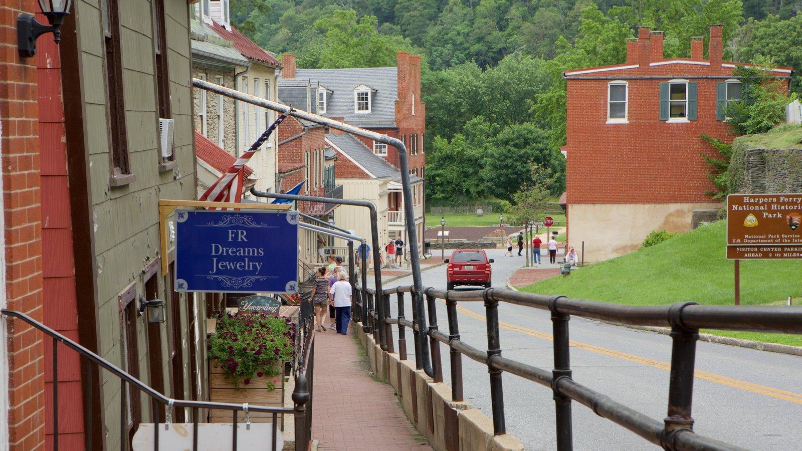 Parque Histórico Nacional de Harpers Ferry ofreciendo escenas urbanas, señalización y una pequeña ciudad o pueblo