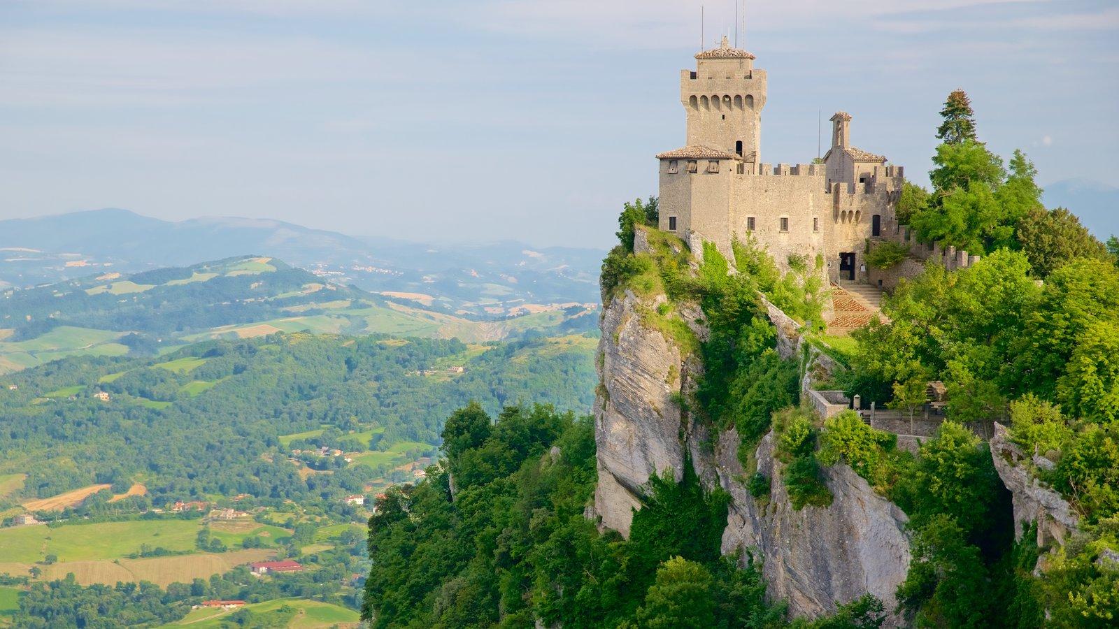 Torre Guaita mostrando montañas, elementos del patrimonio y escenas tranquilas