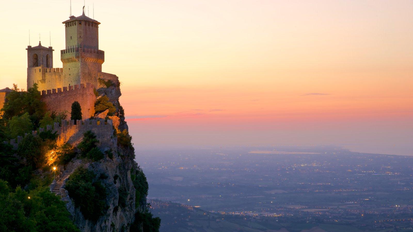 Torre Guaita que incluye elementos del patrimonio, una puesta de sol y castillo o palacio