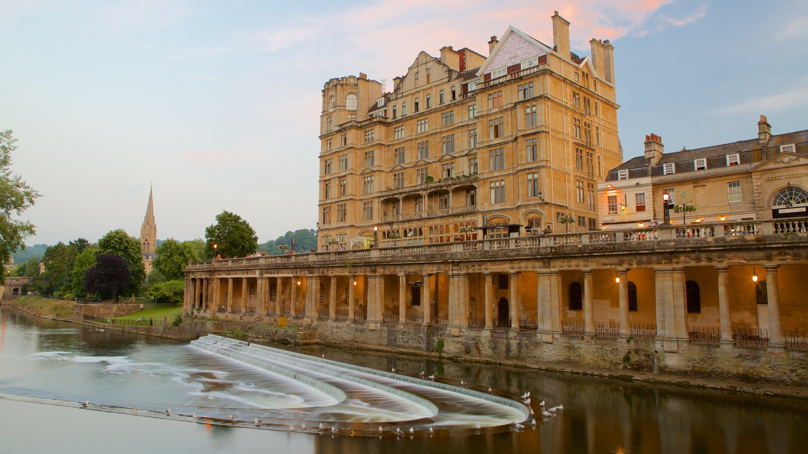 Pulteney Bridge which includes chateau or palace, heritage architecture and a river or creek