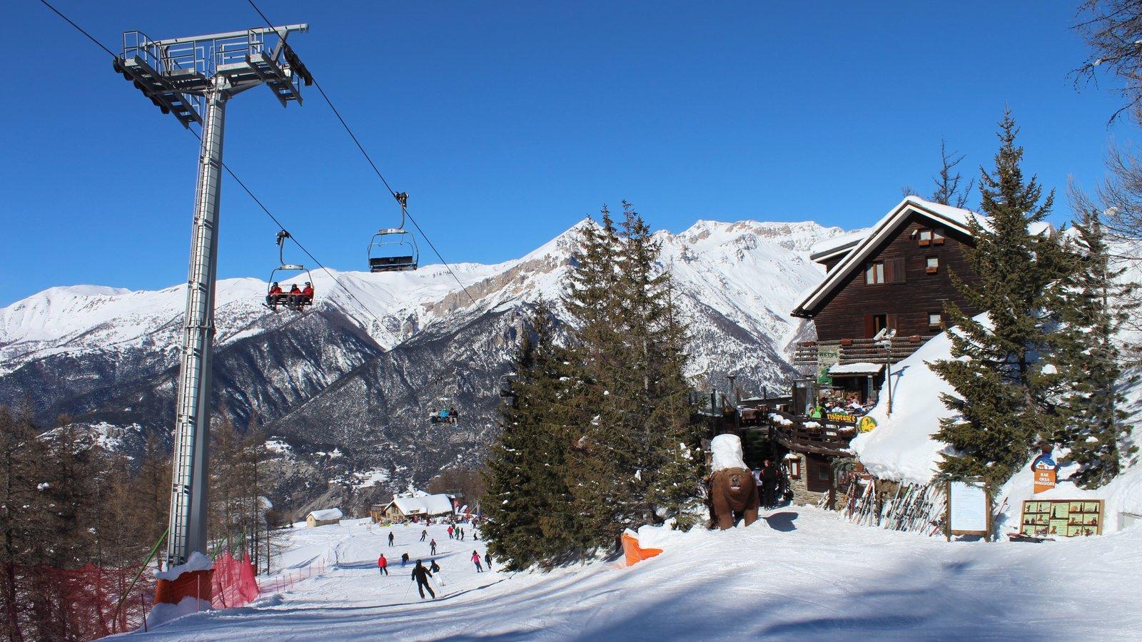 Sauze d\'Oulx ofreciendo una góndola, un hotel y nieve