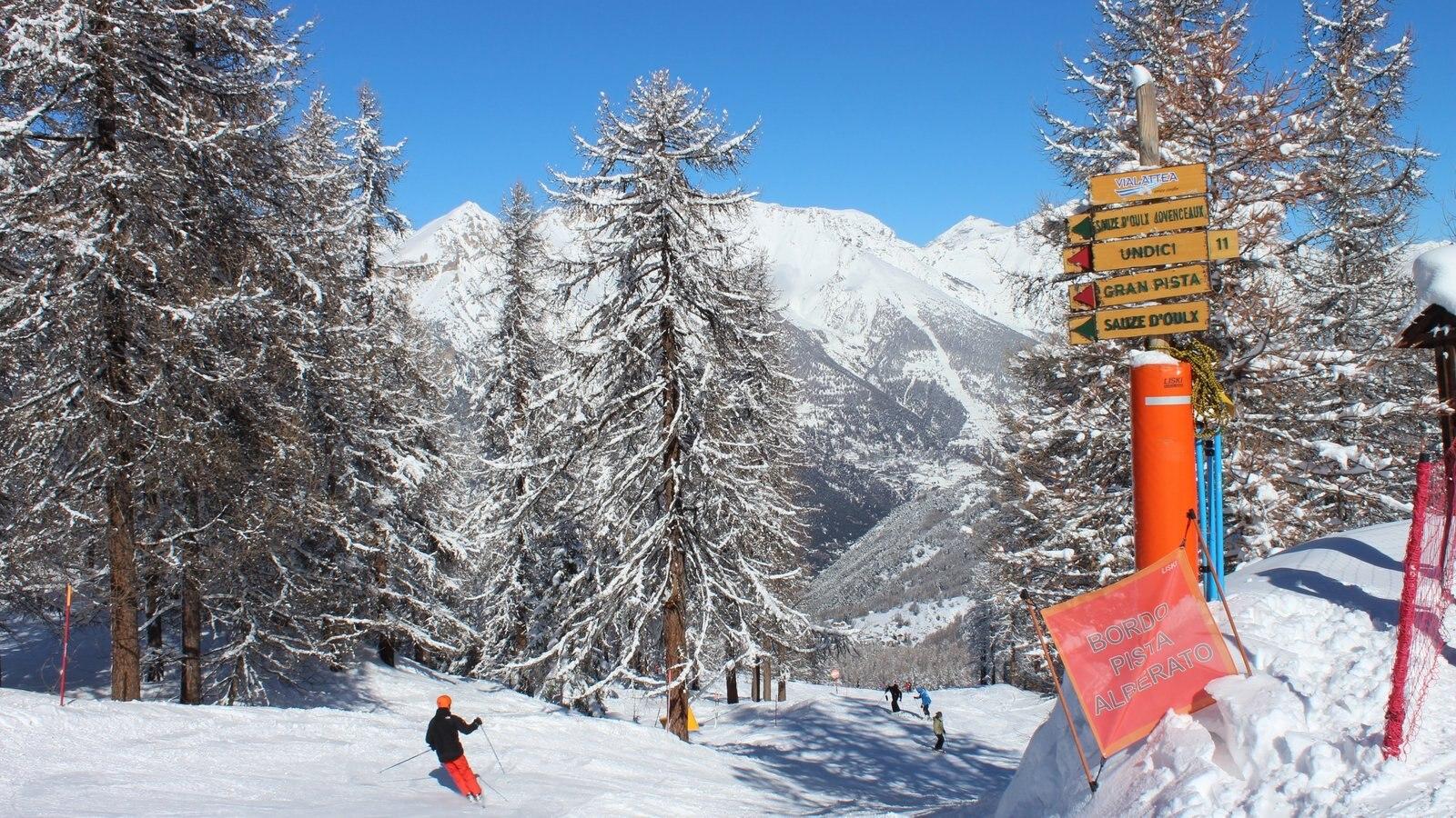 Sauze d\'Oulx que incluye señalización, nieve y esquiar en la nieve