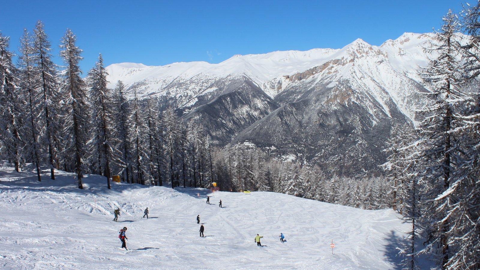Sauze d\'Oulx ofreciendo nieve, snowboard y montañas