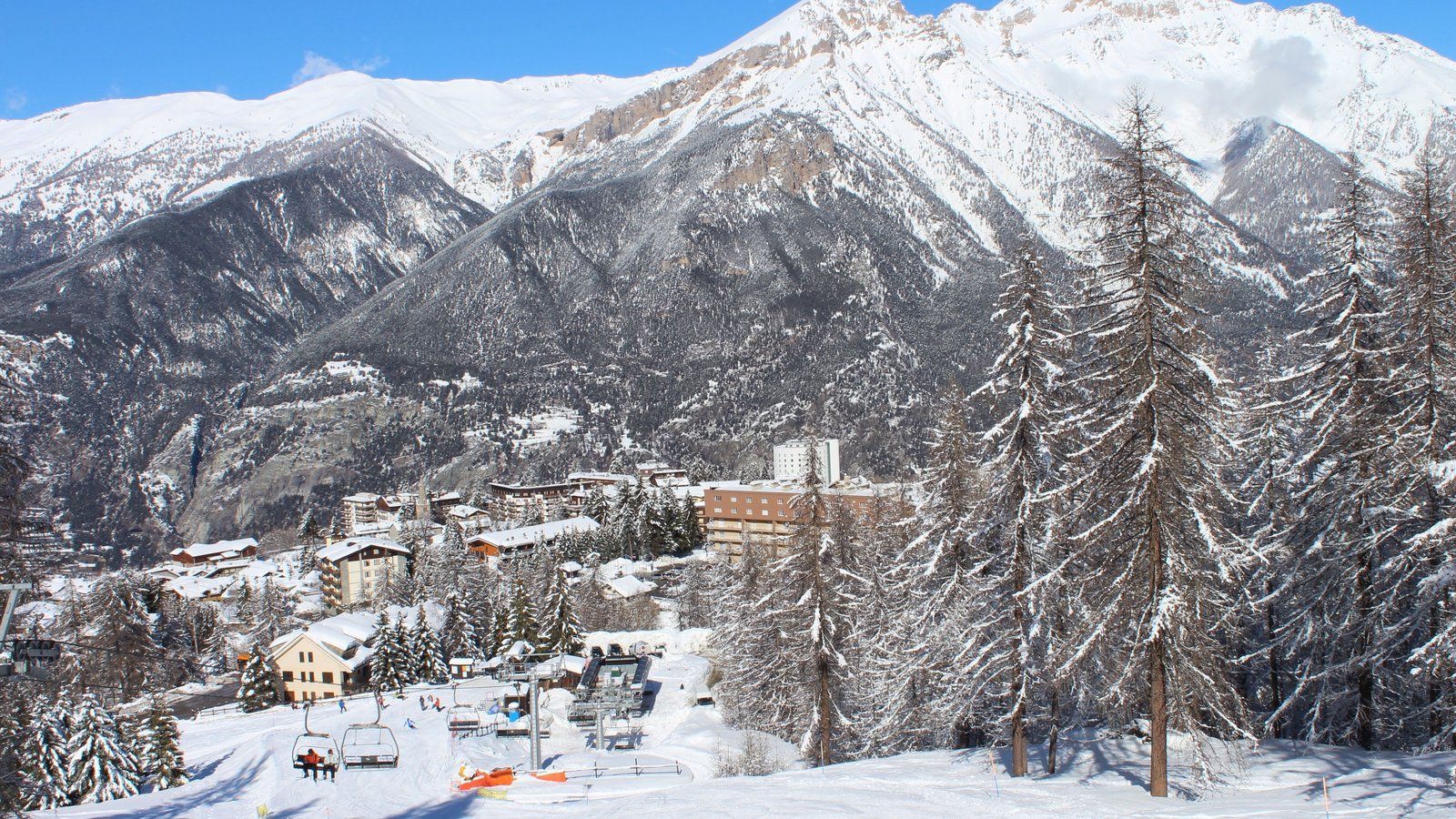 Sauze d\'Oulx mostrando nieve, montañas y una pequeña ciudad o pueblo