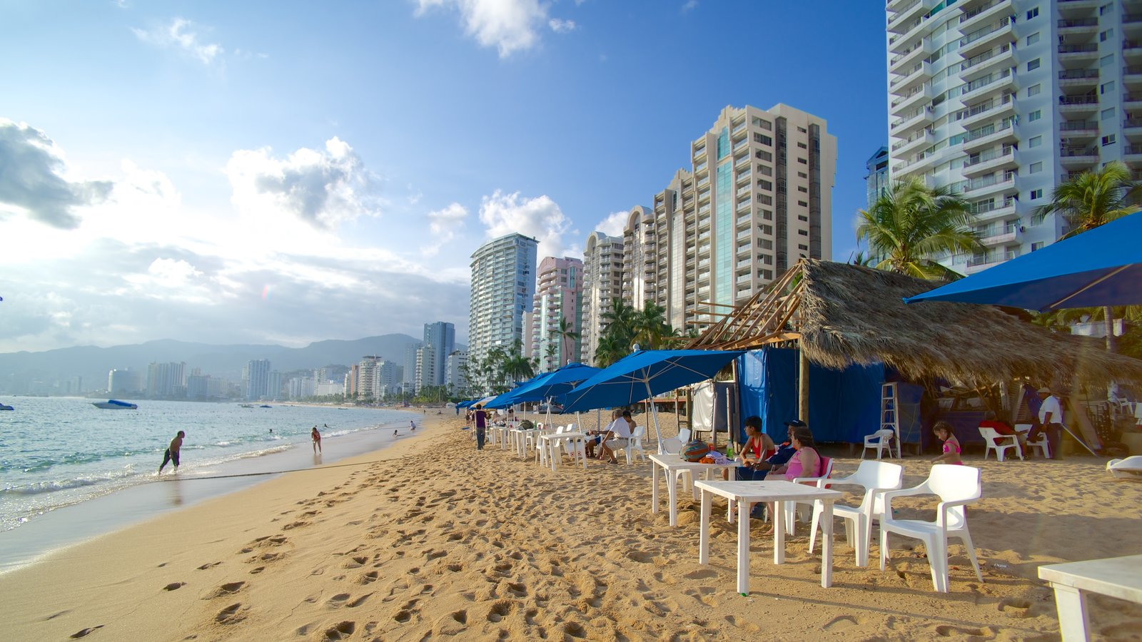 Playa Icacos que incluye una playa de arena, comer al aire libre y un hotel o resort de lujo