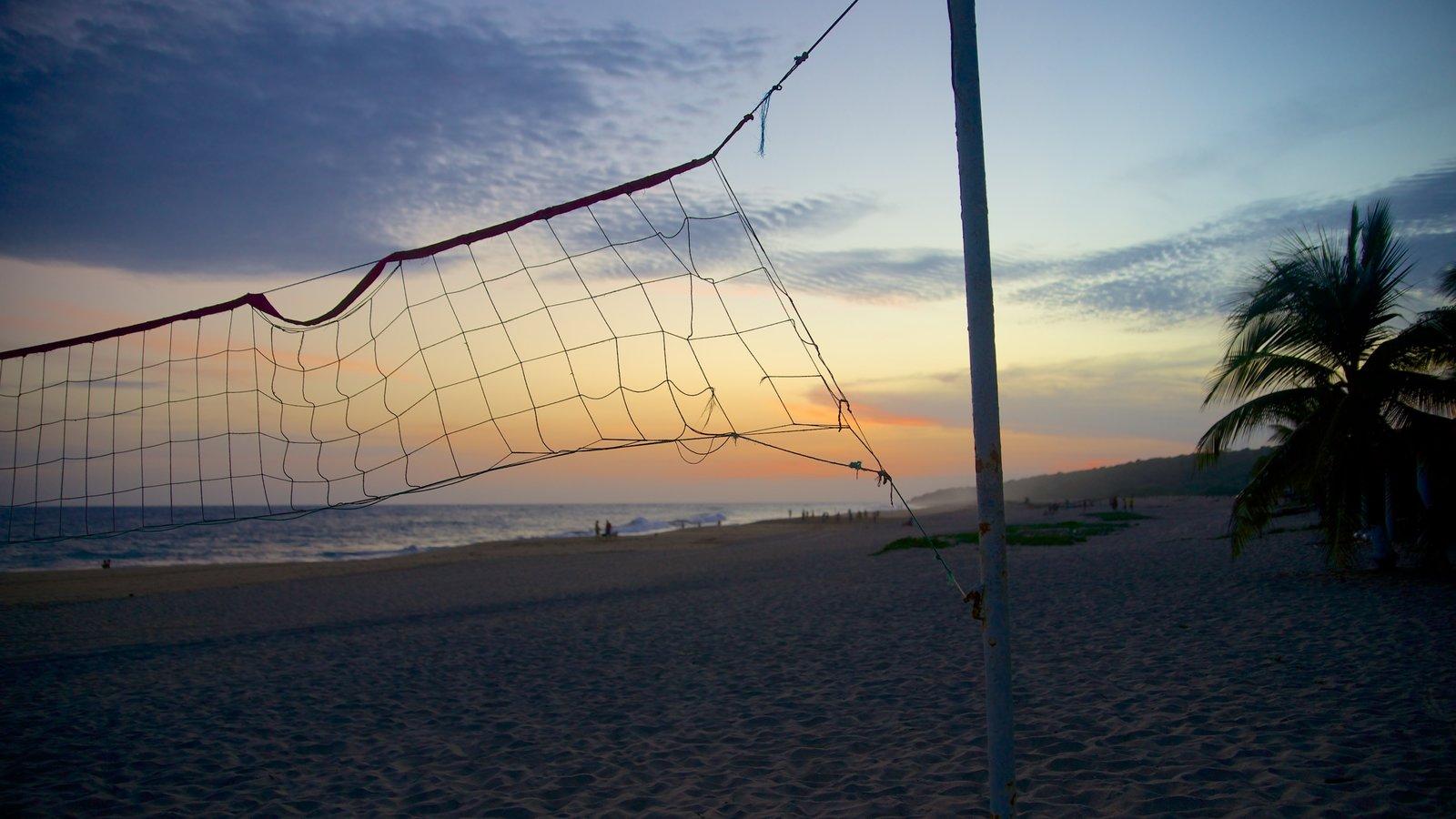 Playa Bacocho mostrando vistas de paisajes, una playa y una puesta de sol