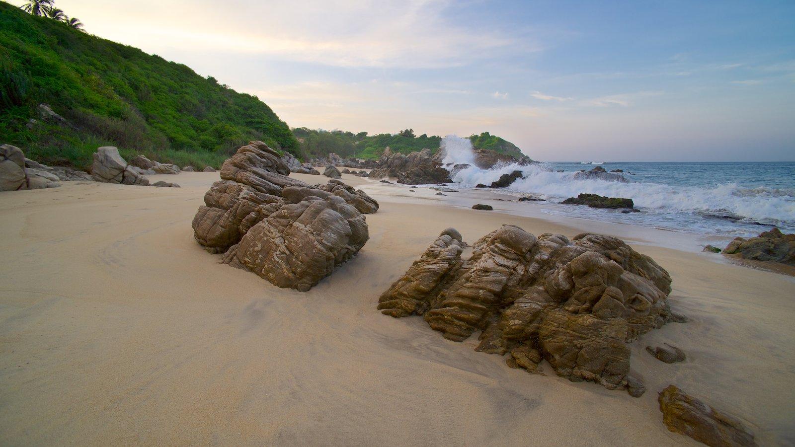 Playa Bacocho que incluye una playa, costa rocosa y vistas de paisajes