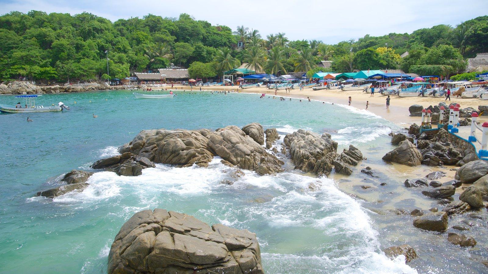 Playa Puerto Angelito mostrando una playa, costa rocosa y una ciudad costera