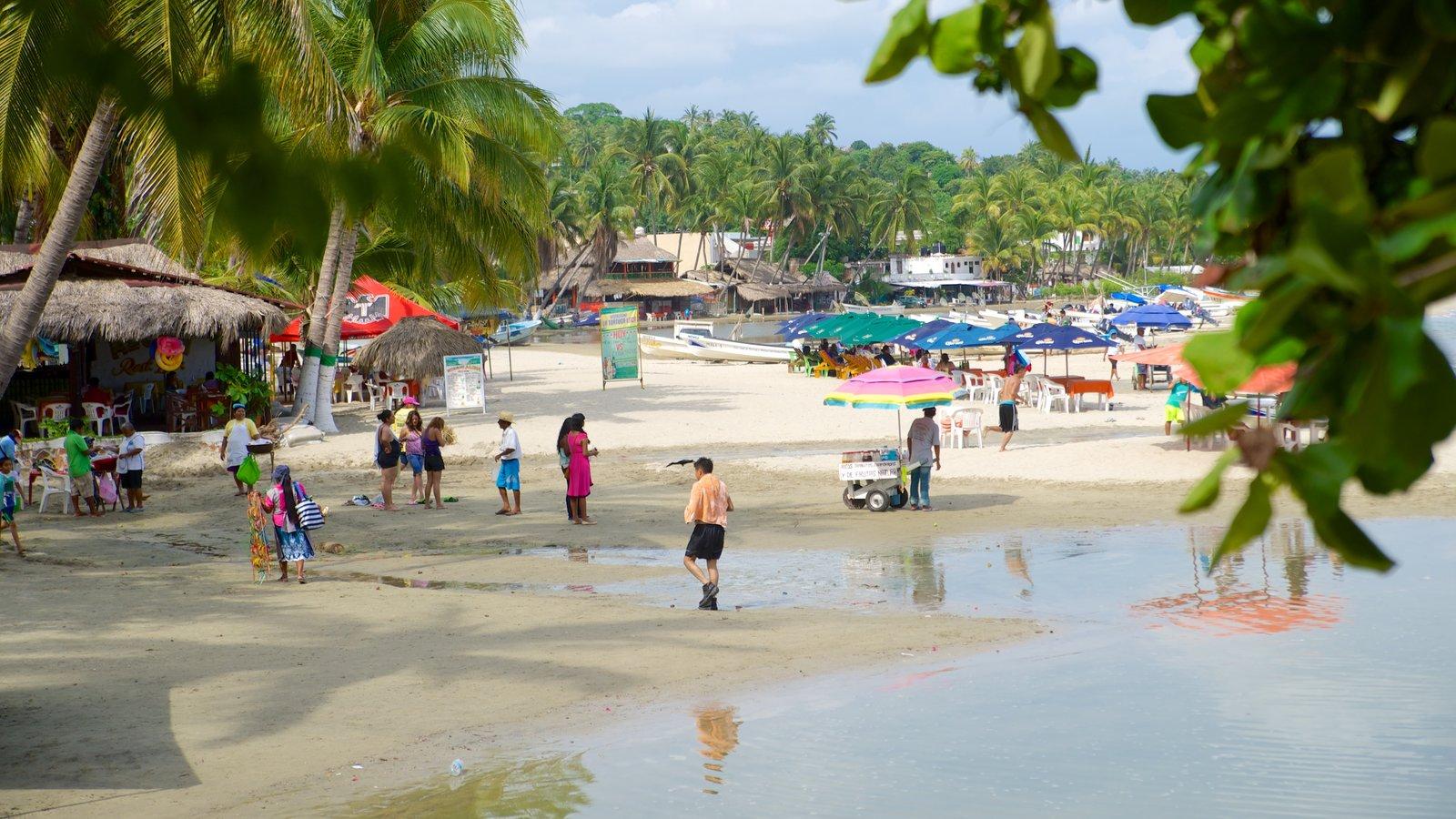 Puerto Escondido ofreciendo escenas tropicales, un hotel o resort de lujo y una playa de arena
