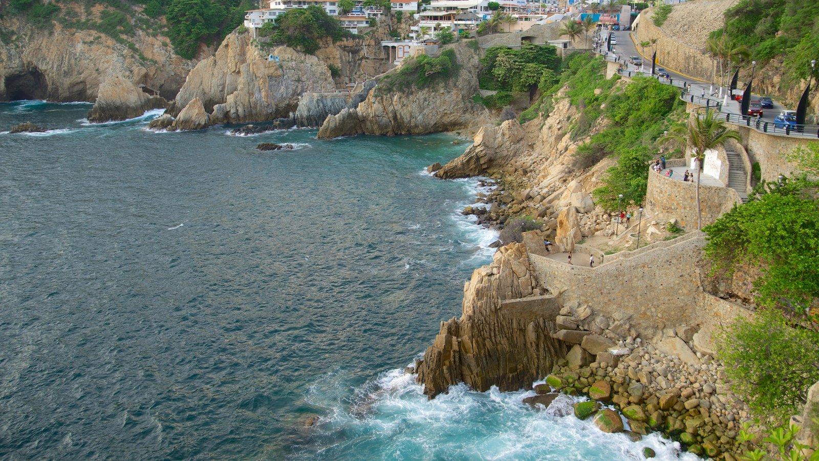 Sinfonía mostrando costa escarpada, una ciudad costera y vistas