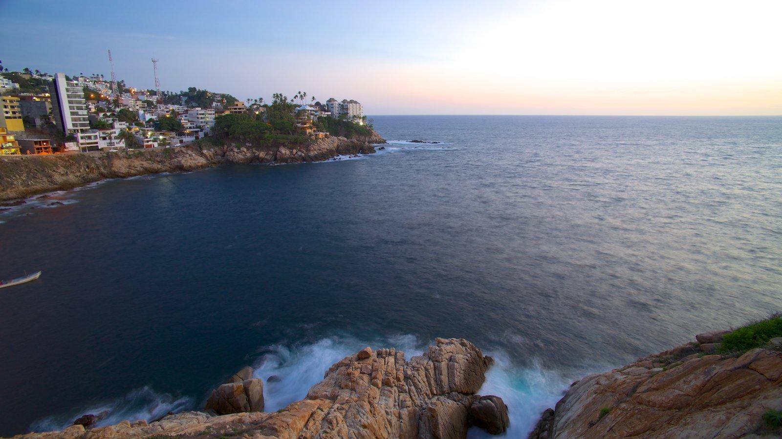 Sinfonía mostrando costa escarpada, vistas de paisajes y una ciudad costera