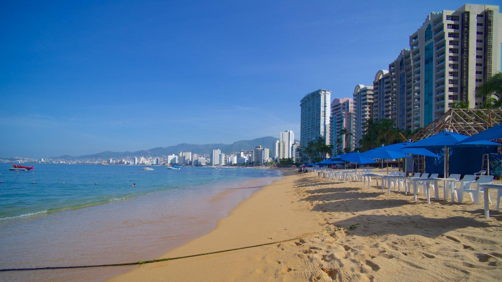 Playa Icacos mostrando una ciudad y una playa de arena
