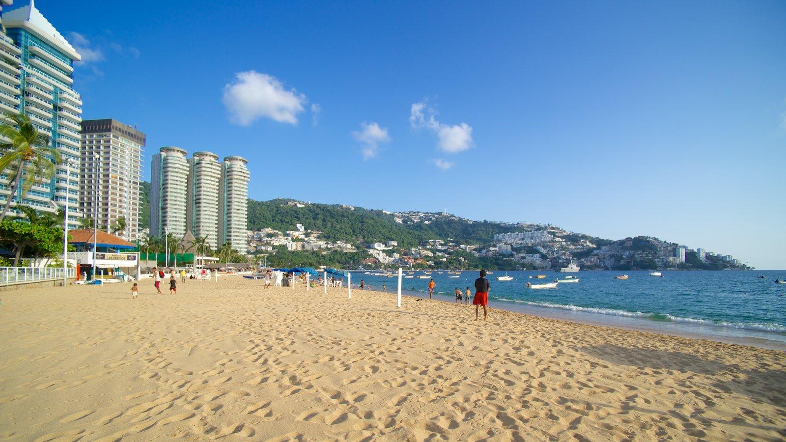 Playa Icacos que incluye una ciudad, una ciudad costera y una playa de arena