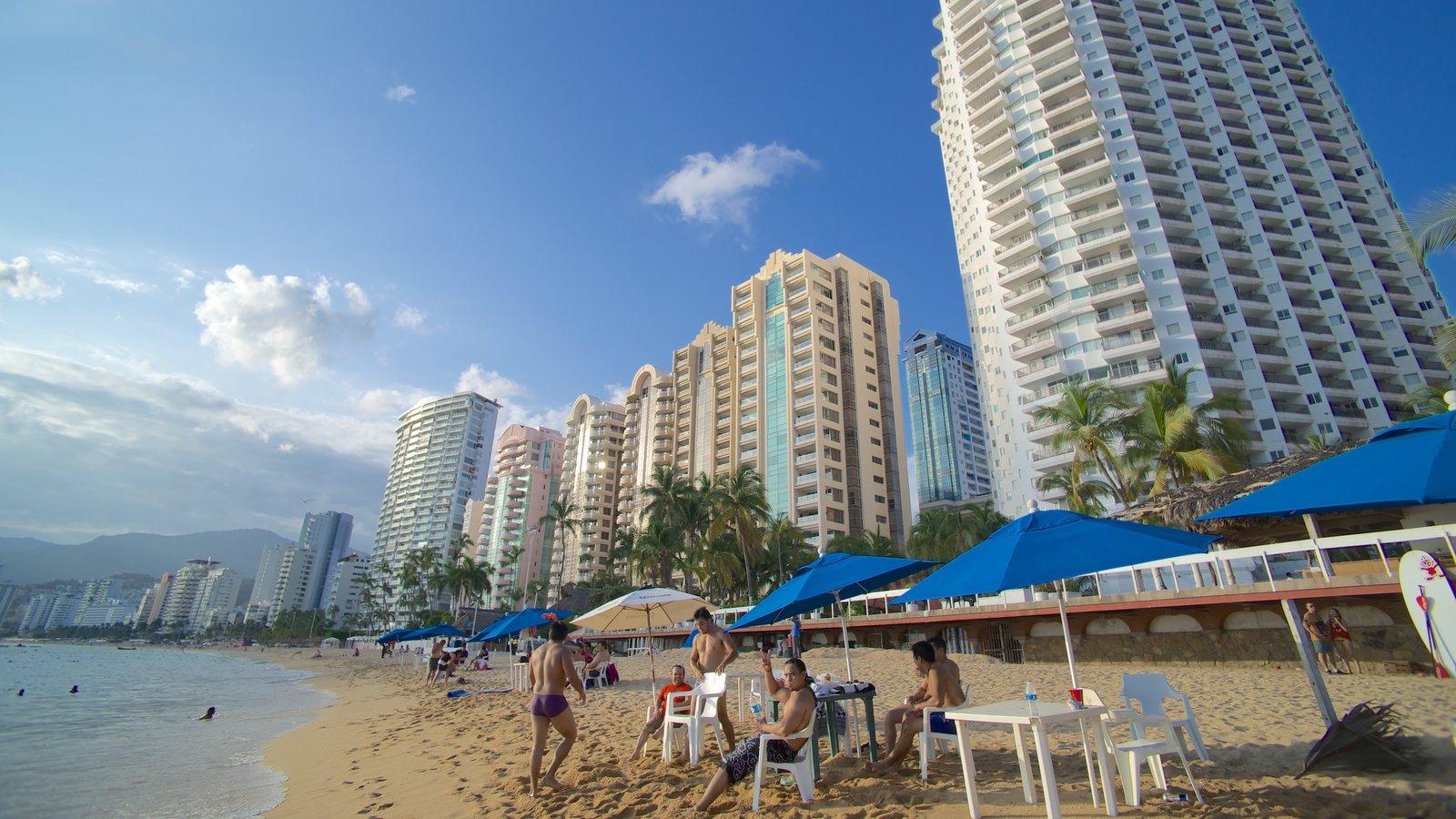 Playa Icacos ofreciendo una playa de arena, una ciudad costera y una ciudad