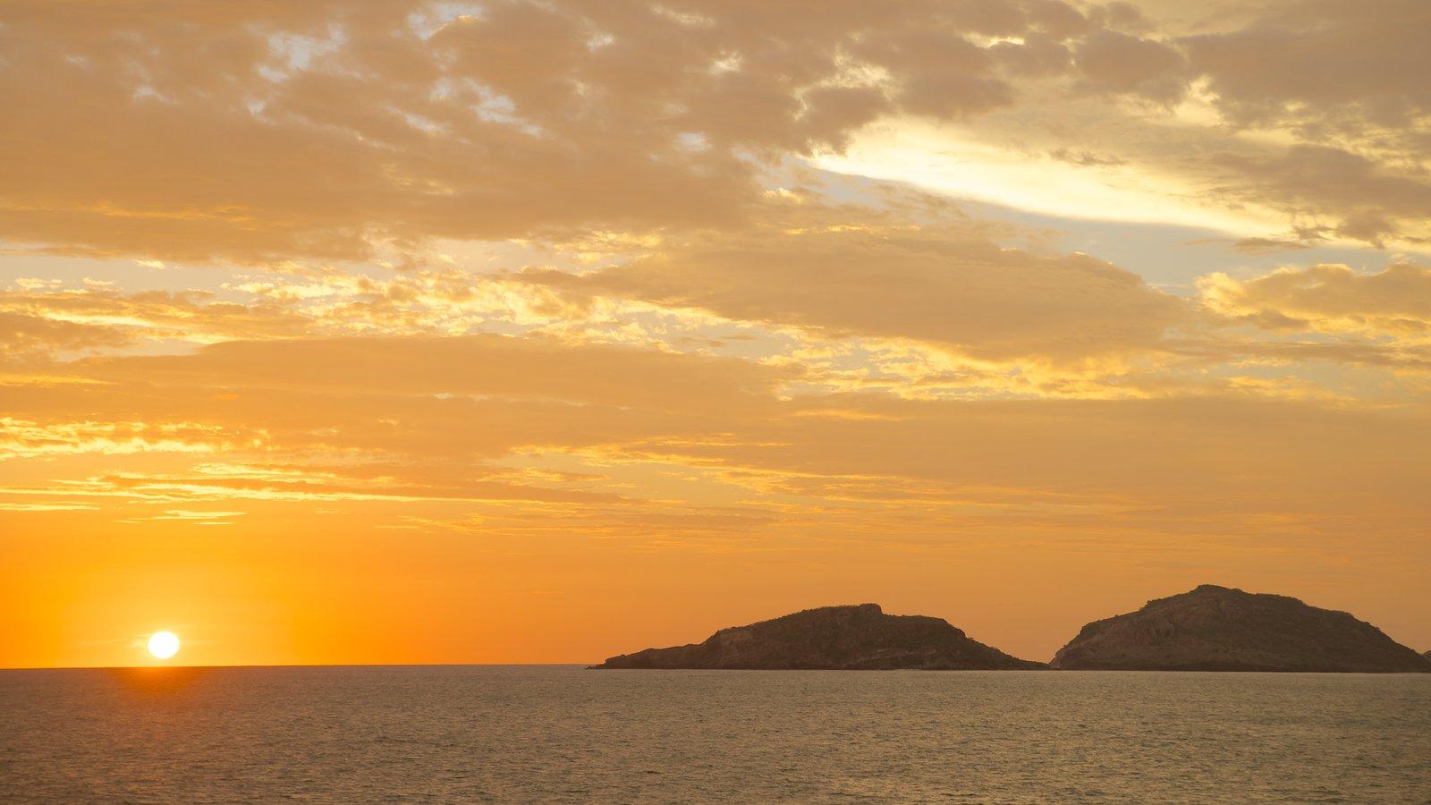 Playa Olas Altas que incluye vistas de una isla, vistas generales de la costa y una puesta de sol
