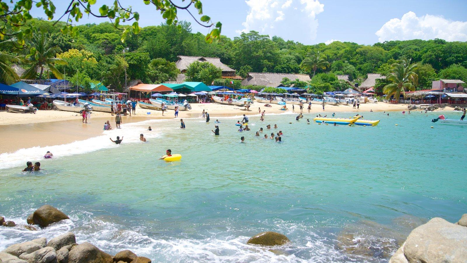 Playa Puerto Angelito mostrando una playa y natación