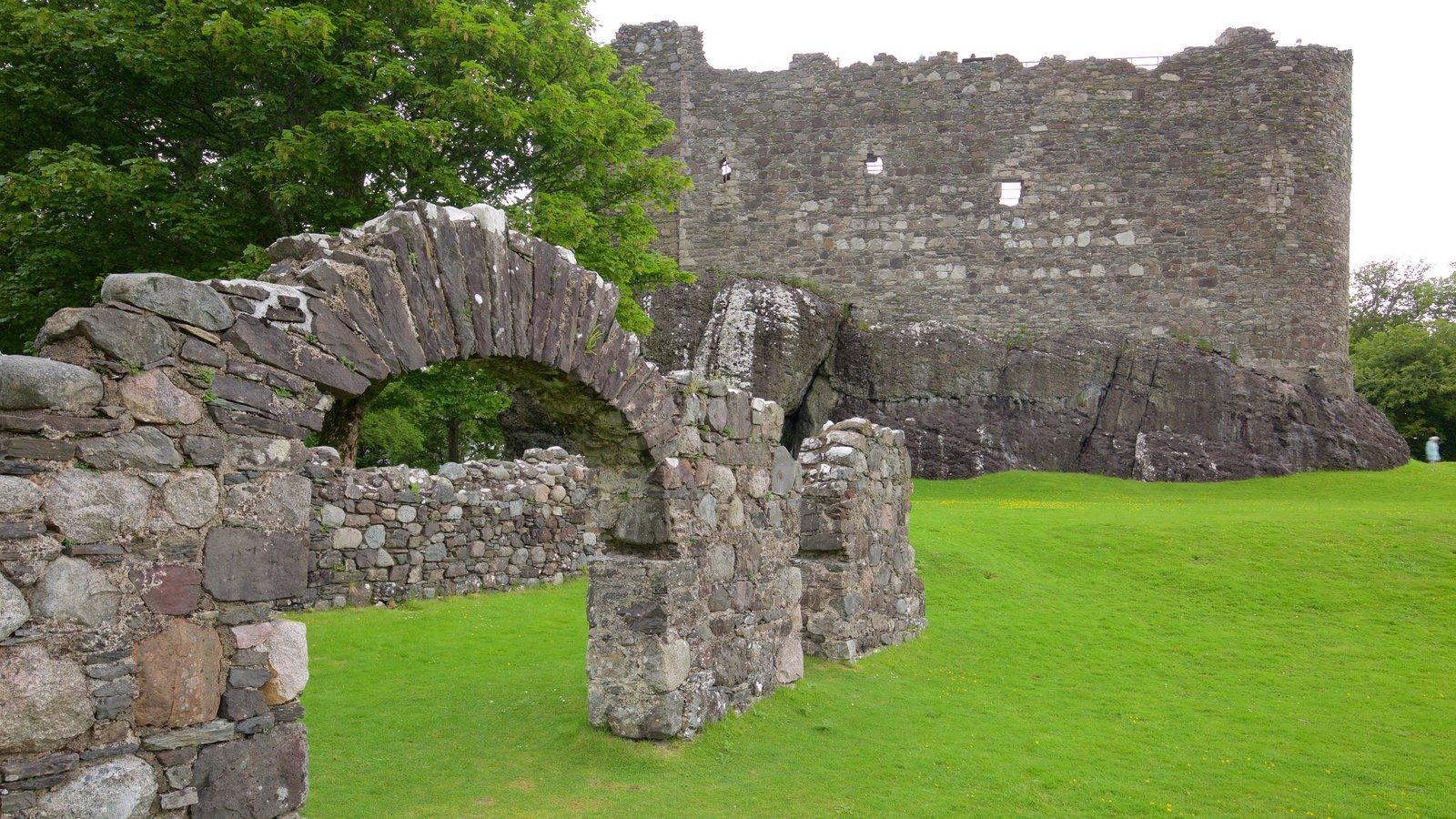 Castillo y capilla de Dunstaffnage que incluye castillo o palacio y una ruina