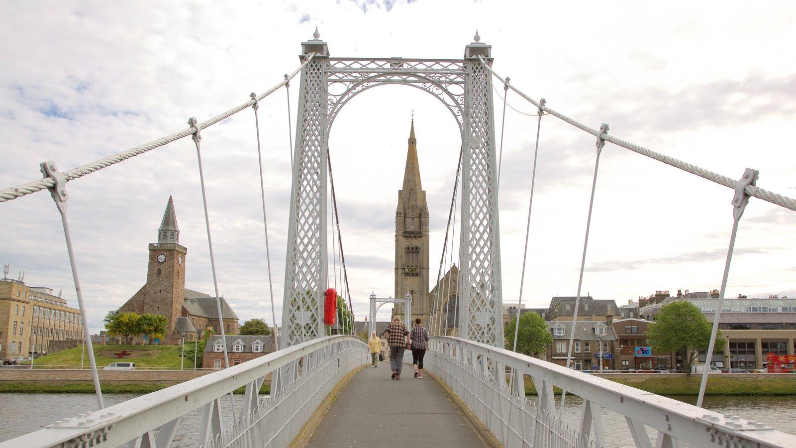 Inverness caracterizando elementos de patrimônio, arquitetura de patrimônio e uma ponte