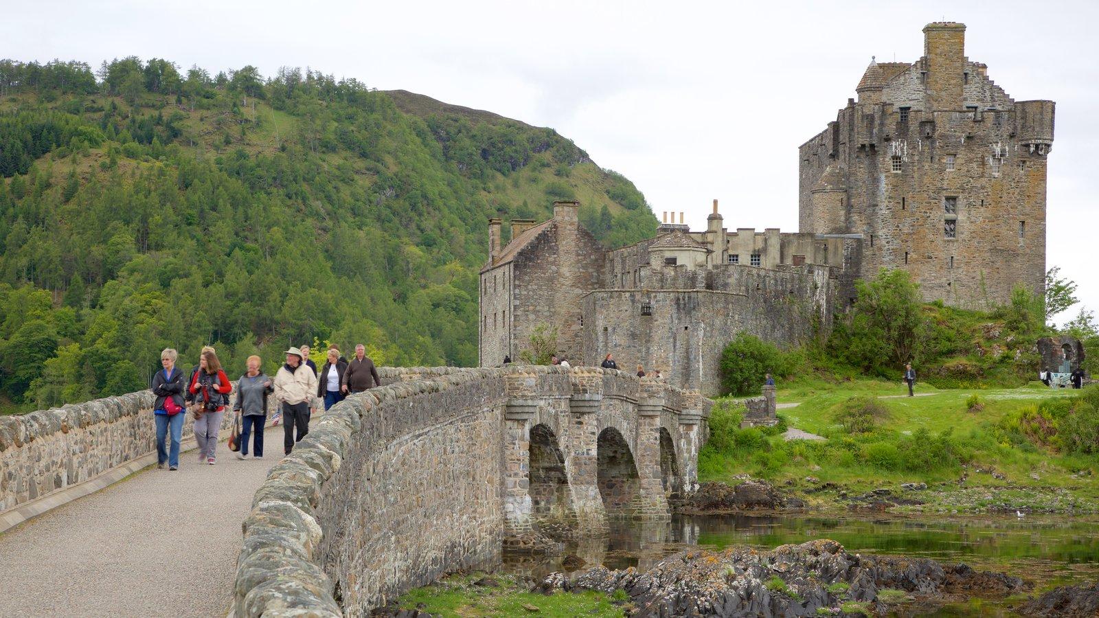 Castelo de Eilean Donan que inclui elementos de patrimônio, um rio ou córrego e uma ponte