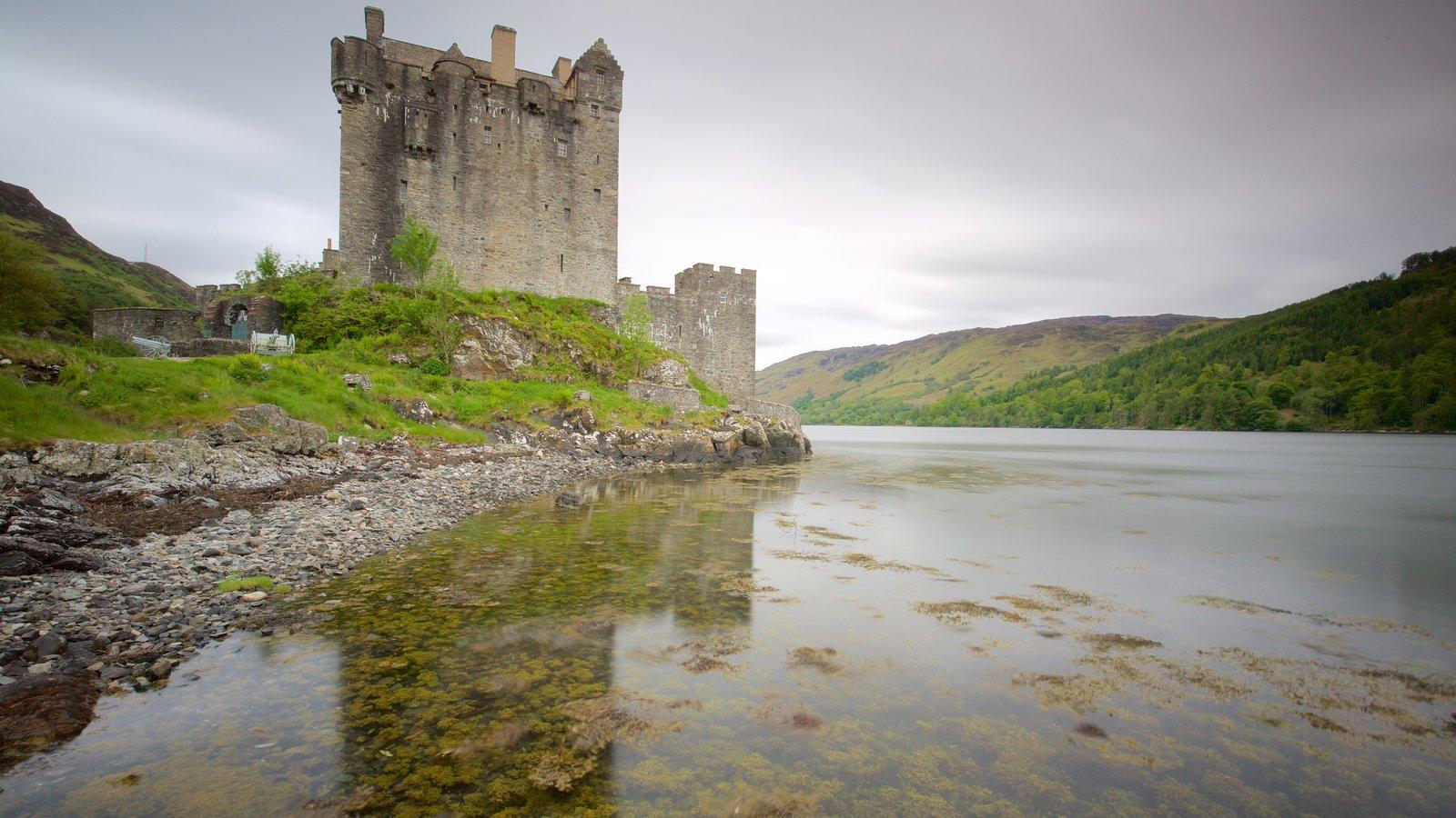 Castelo de Eilean Donan mostrando um pequeno castelo ou palácio, elementos de patrimônio e um rio ou córrego