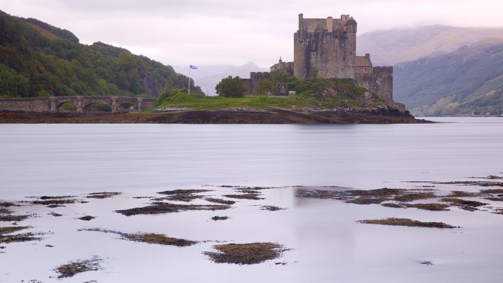 Castelo de Eilean Donan mostrando um castelo, um rio ou córrego e elementos de patrimônio