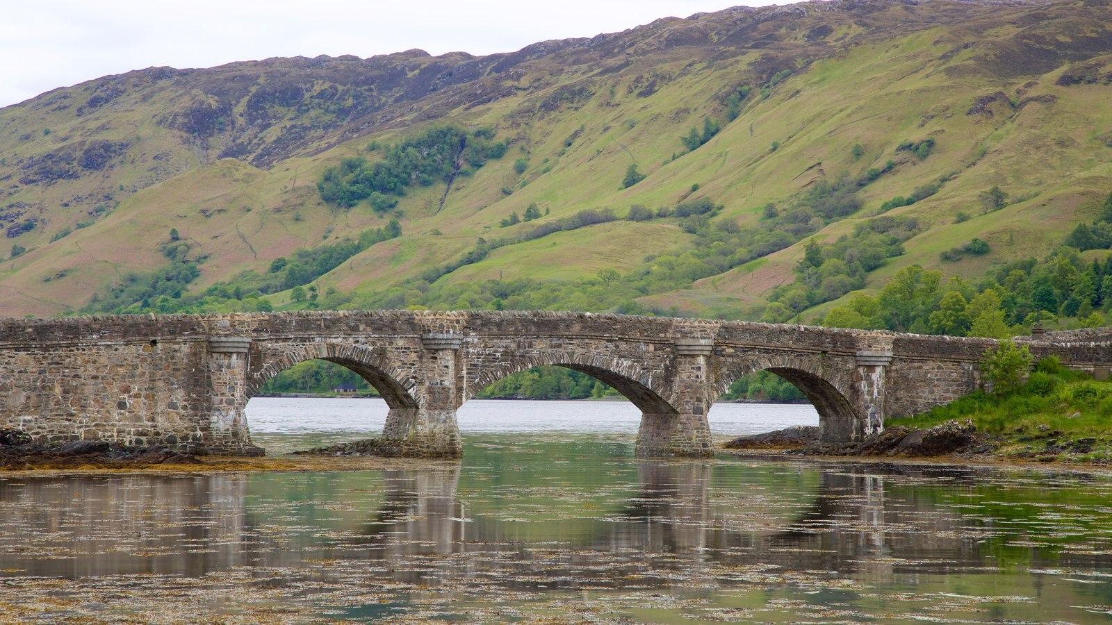 Castelo de Eilean Donan caracterizando um rio ou córrego, uma ponte e elementos de patrimônio