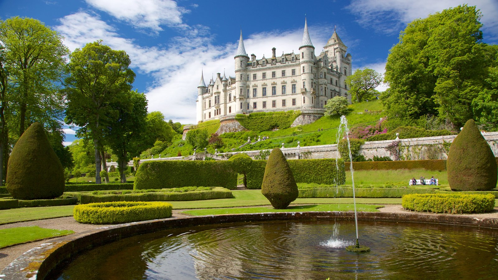 Dunrobin Castle showing a park, a fountain and heritage elements