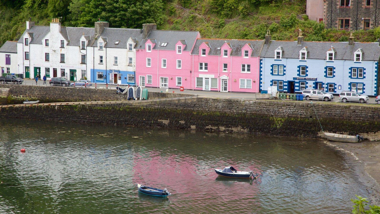 Puerto de Portree ofreciendo una ciudad costera y una bahía o puerto