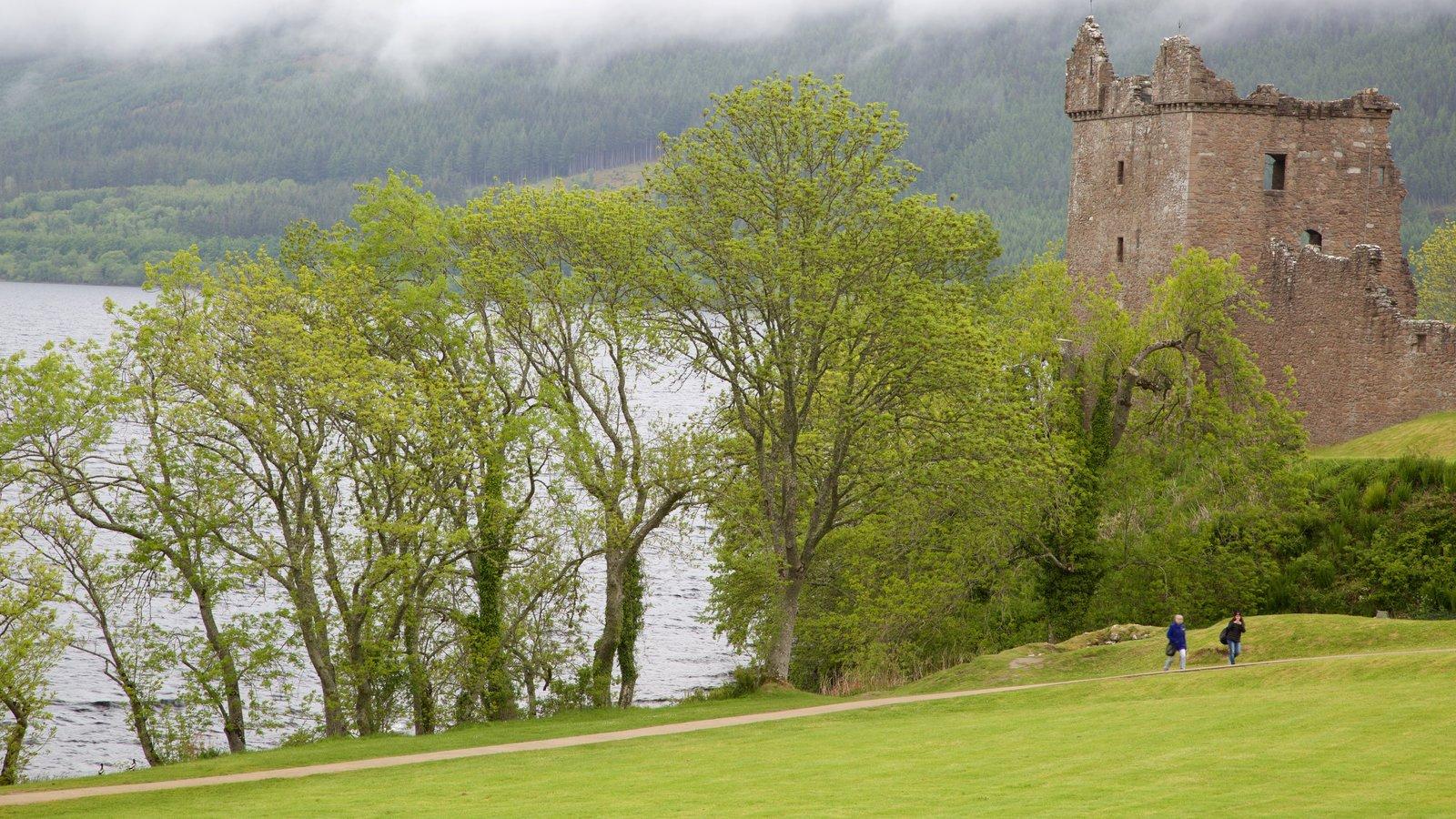Castillo de Urquhart mostrando elementos del patrimonio, una ruina y castillo o palacio