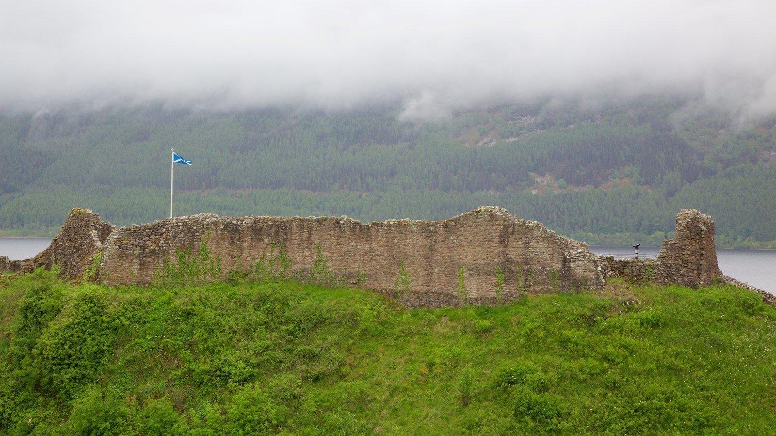 Castillo de Urquhart mostrando ruinas de edificios y elementos del patrimonio
