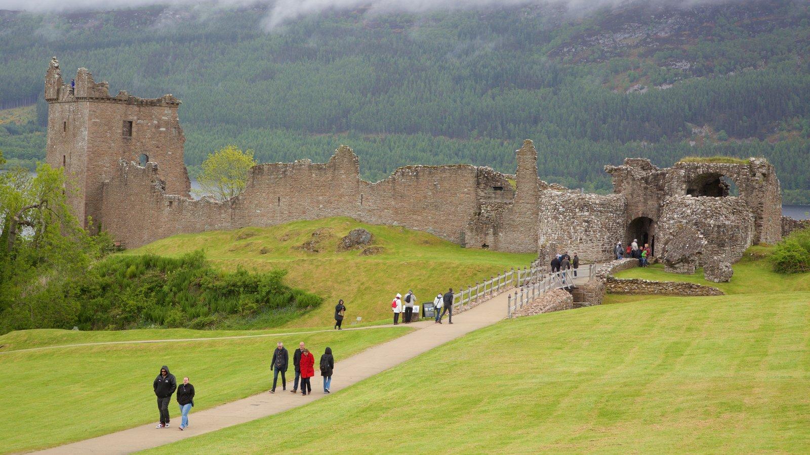 Castillo de Urquhart mostrando ruinas de edificios, elementos del patrimonio y castillo o palacio