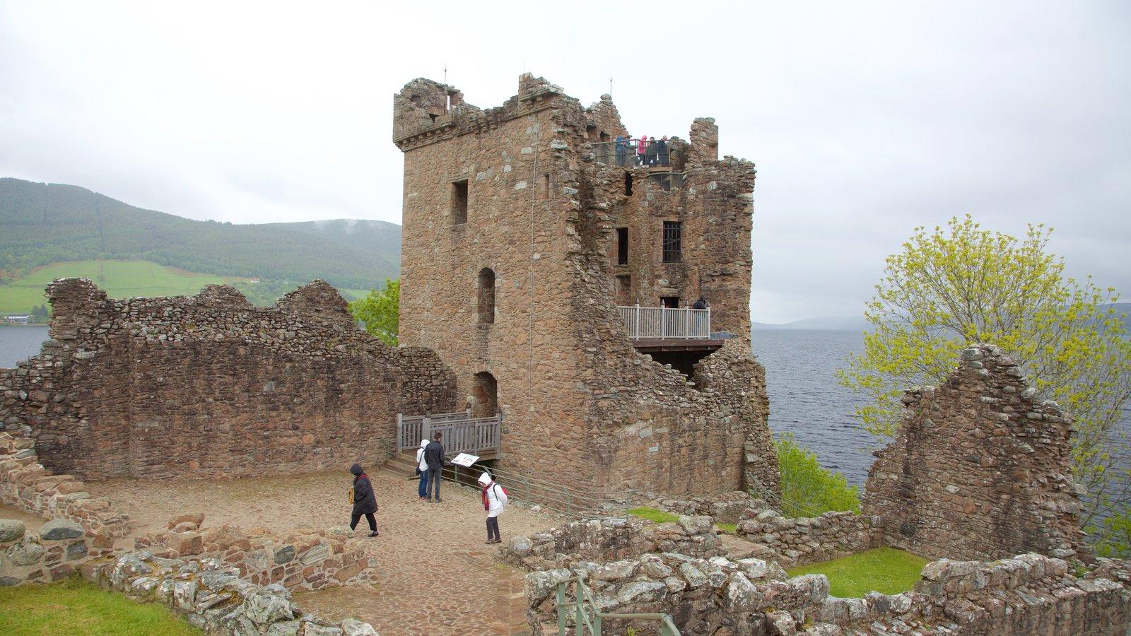 Castillo de Urquhart ofreciendo una ruina, elementos del patrimonio y un castillo