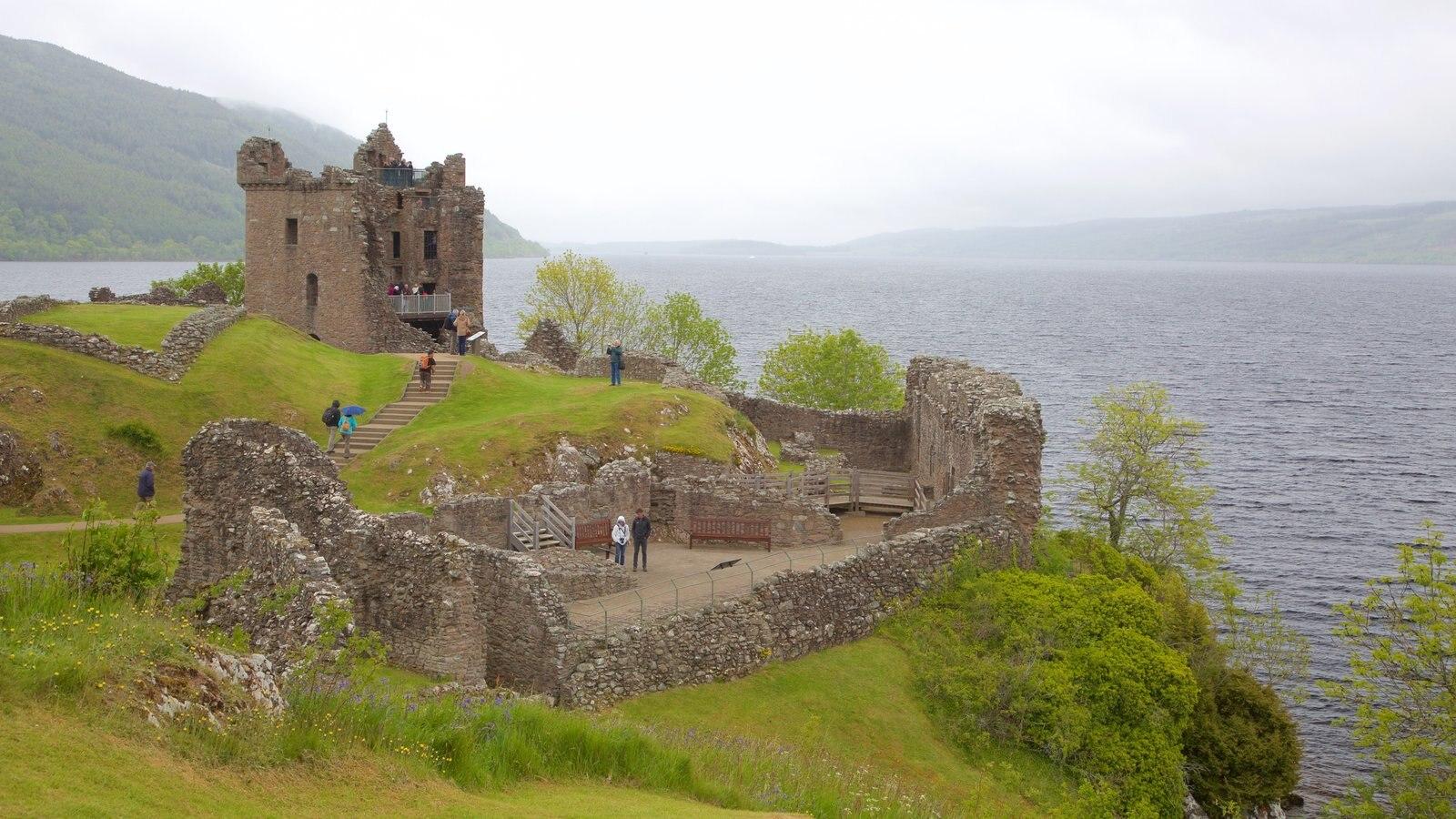 Castillo de Urquhart ofreciendo una ruina, elementos del patrimonio y un lago o abrevadero