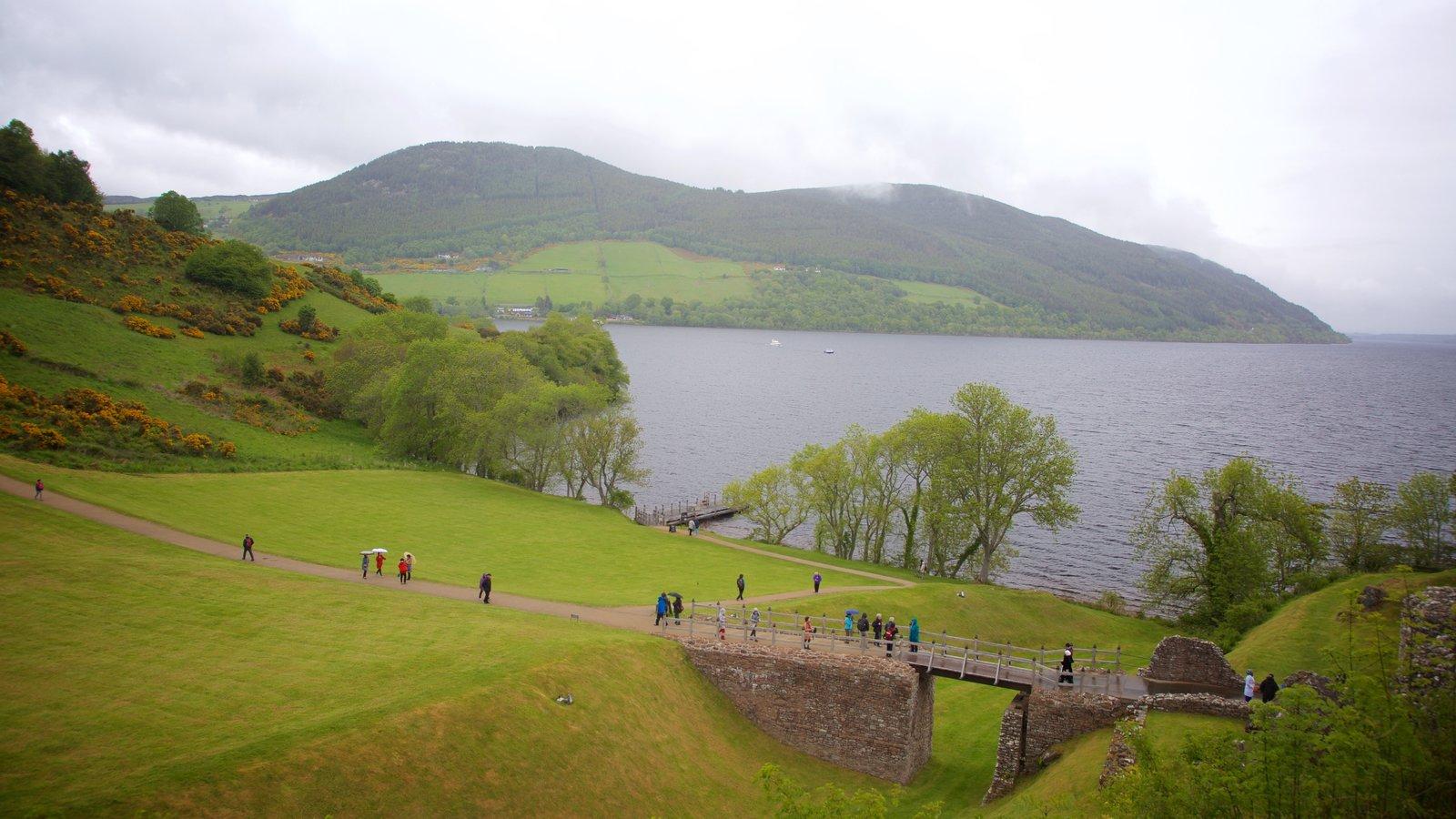 Castillo de Urquhart que incluye escenas tranquilas, un lago o abrevadero y elementos del patrimonio
