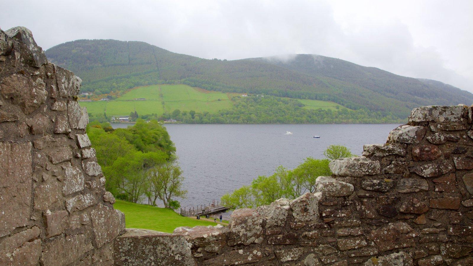 Castillo de Urquhart que incluye elementos del patrimonio, escenas tranquilas y un lago o abrevadero