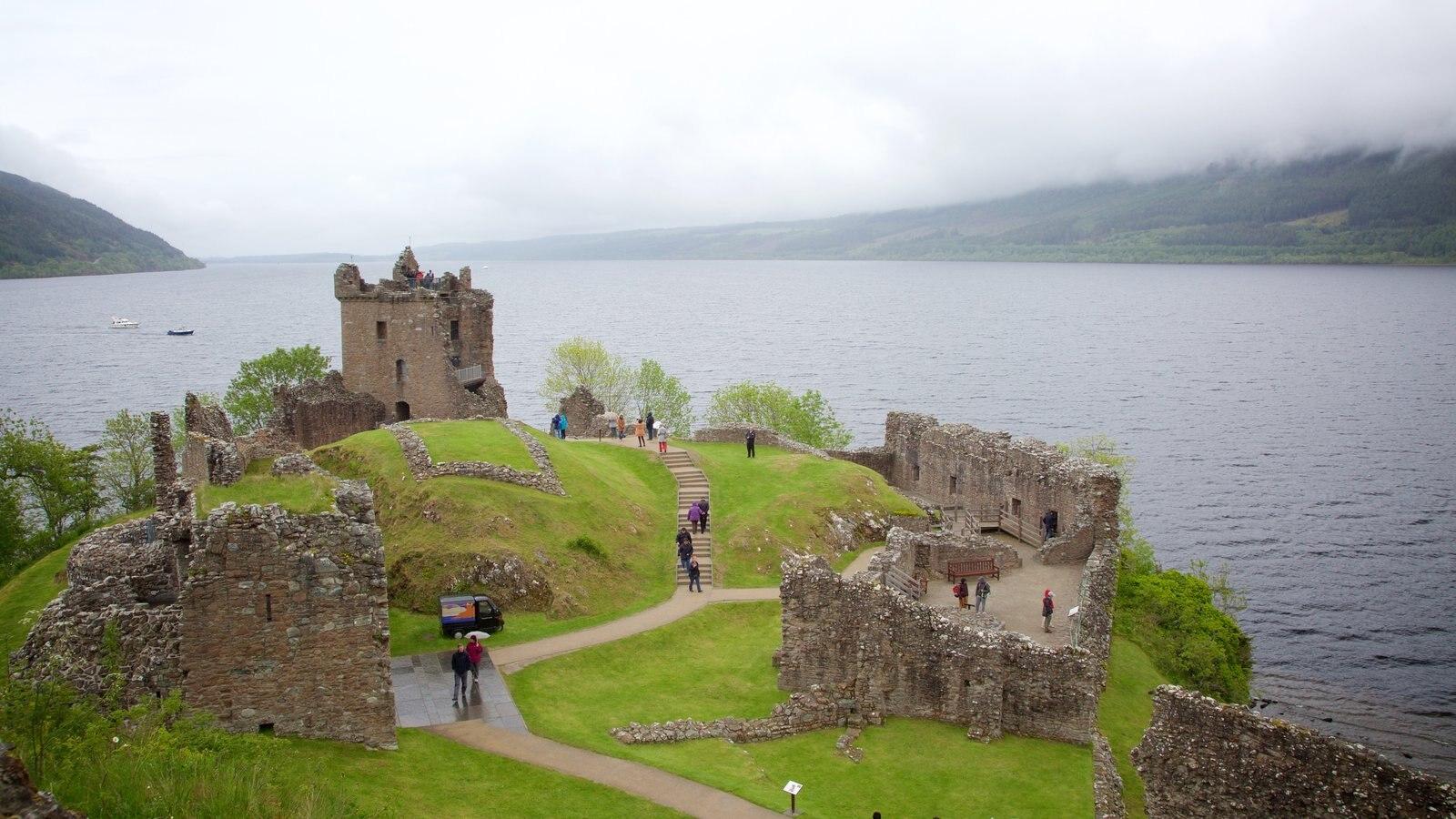 Castillo de Urquhart ofreciendo castillo o palacio, un lago o abrevadero y elementos del patrimonio