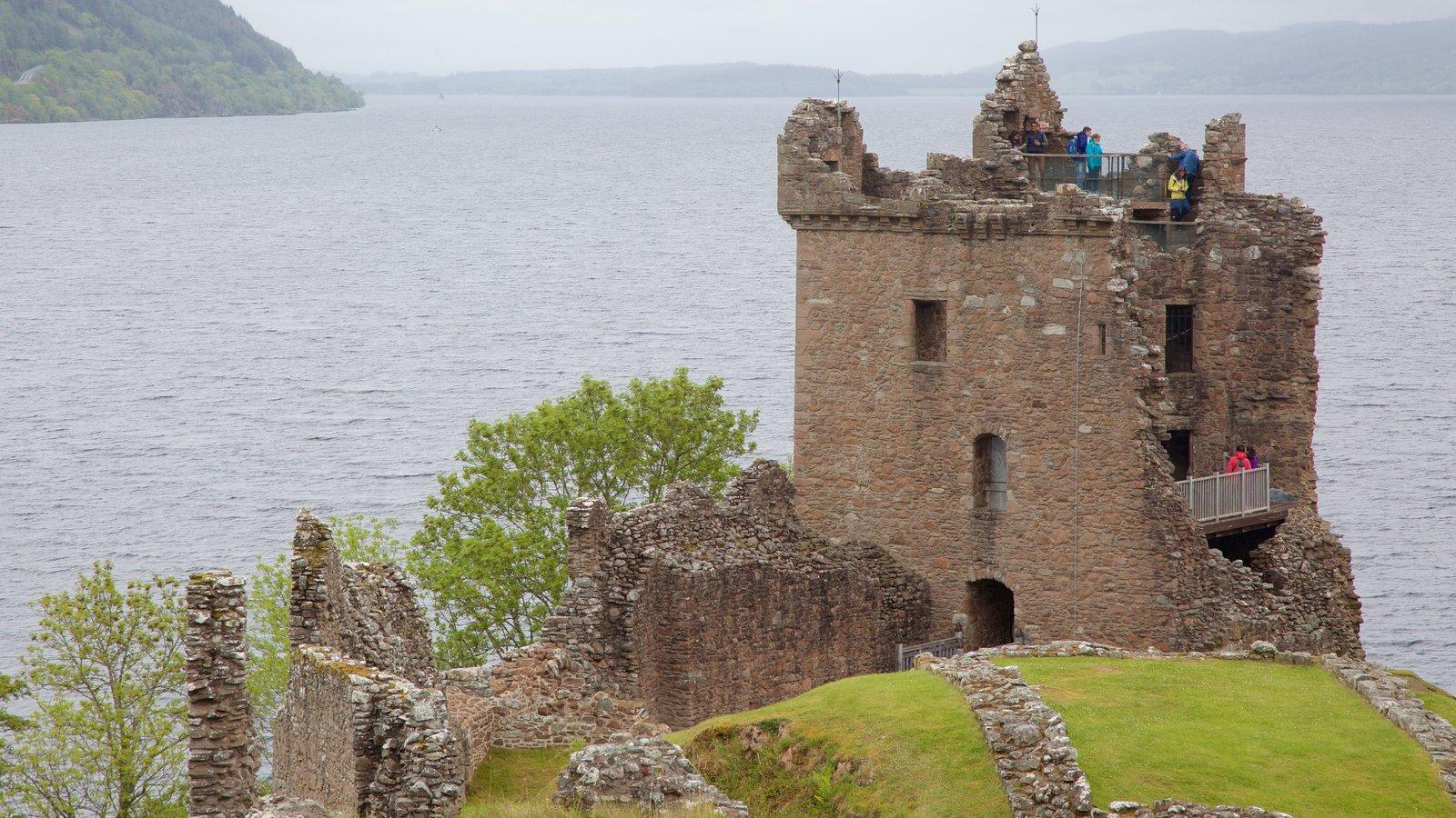 Castillo de Urquhart que incluye ruinas de edificios, un lago o abrevadero y escenas tranquilas