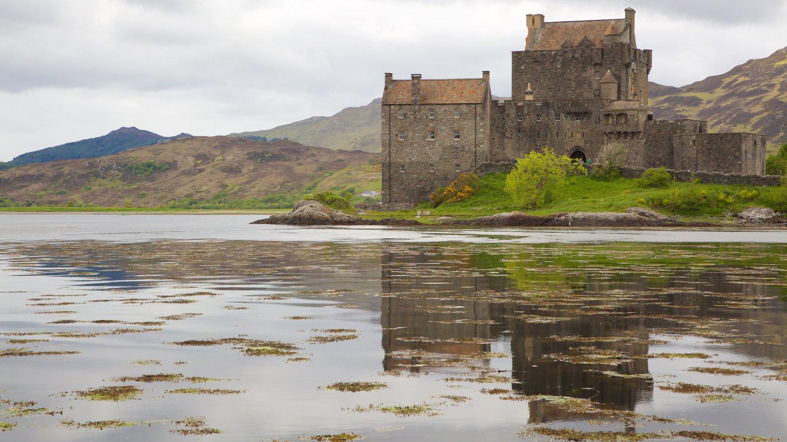 Castillo de Eilean Donan mostrando escenas tranquilas, un lago o abrevadero y un castillo