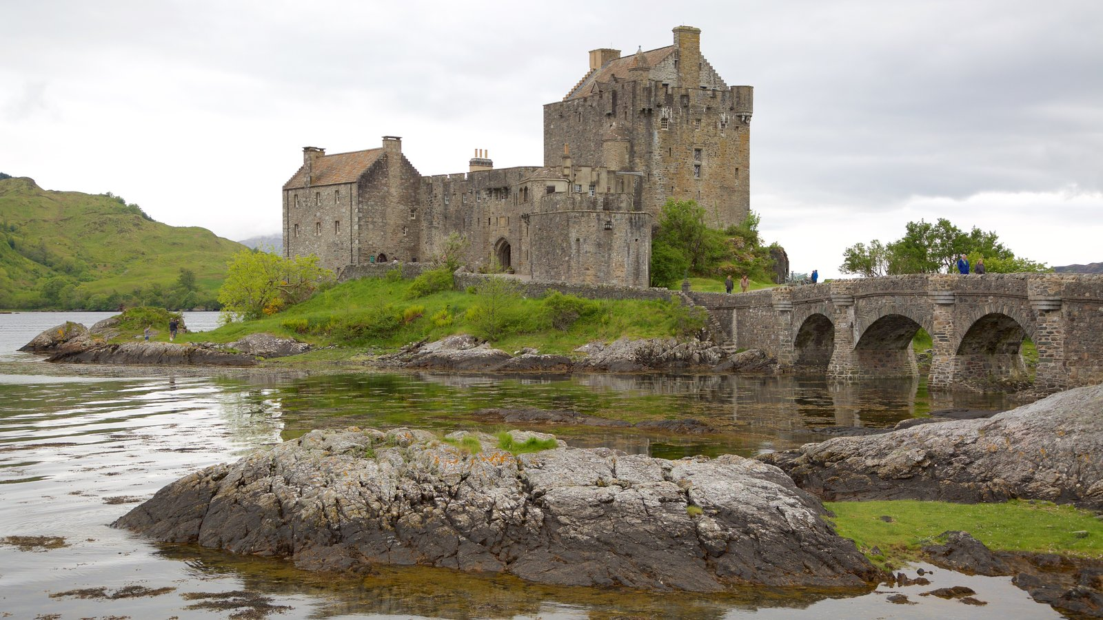 Castillo de Eilean Donan ofreciendo castillo o palacio, patrimonio de arquitectura y un lago o abrevadero