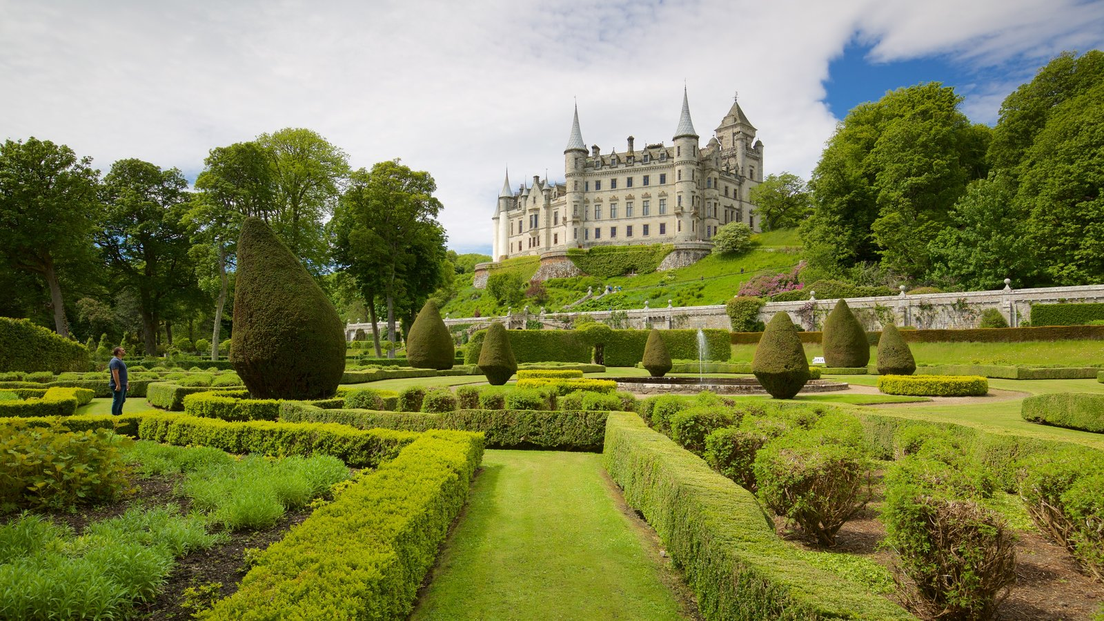 Dunrobin Castle which includes heritage elements, a park and chateau or palace