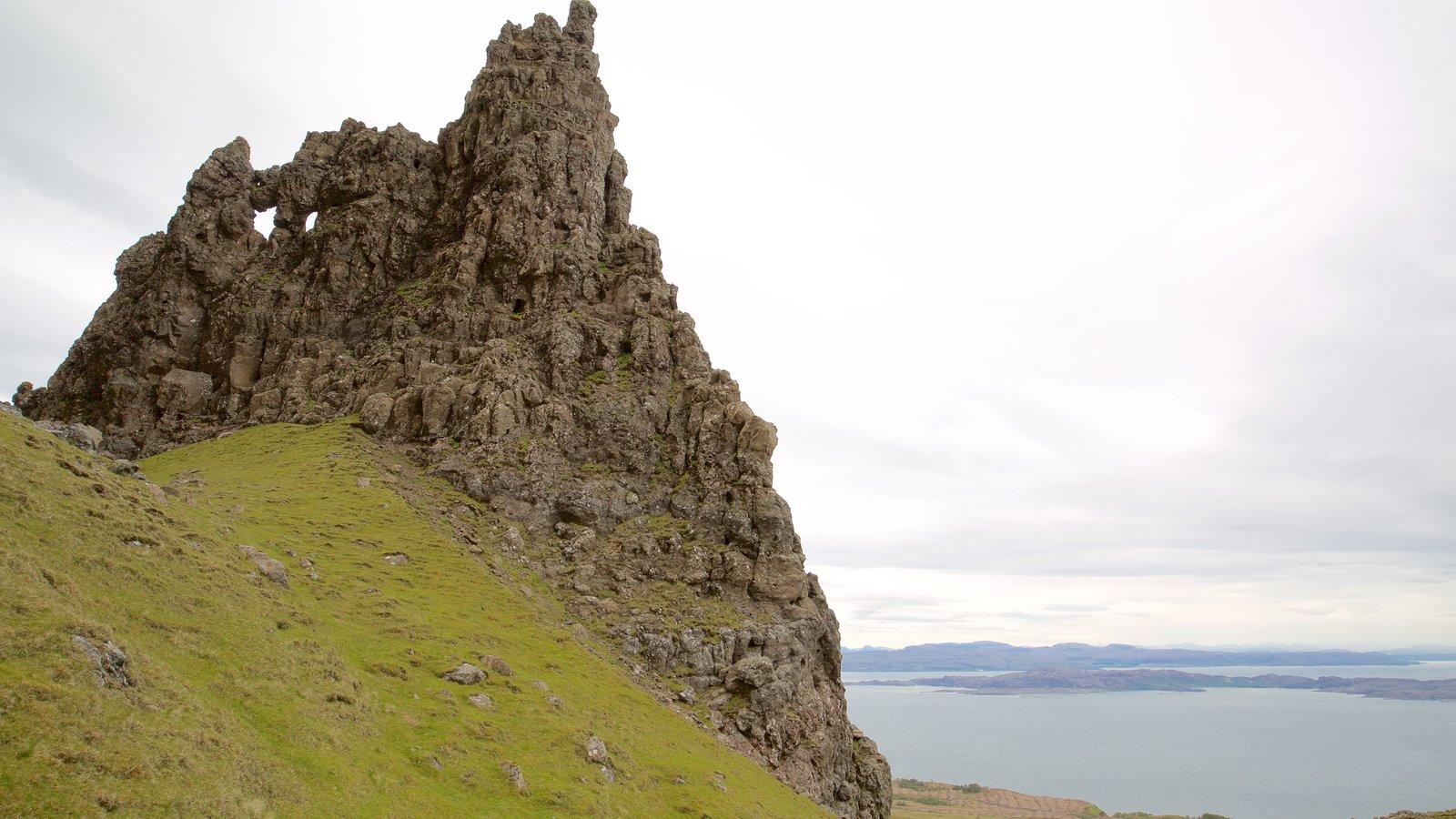 Old Man of Storr que incluye un monumento, escenas tranquilas y un lago o abrevadero
