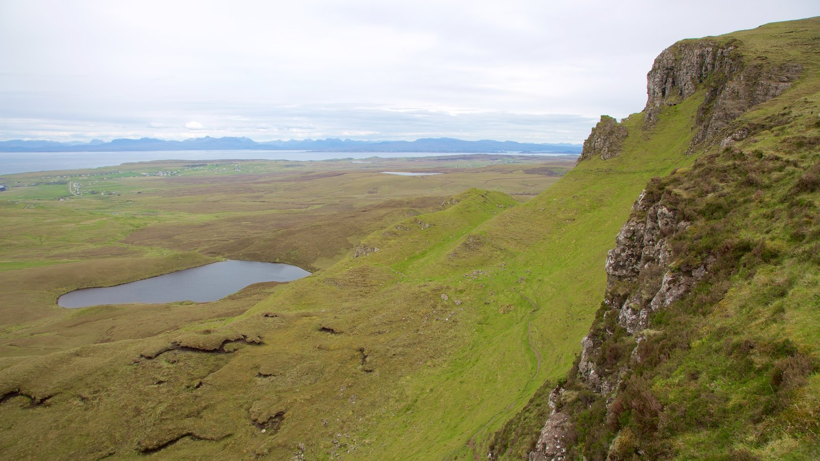 Quiraing showing a pond, tranquil scenes and mountains